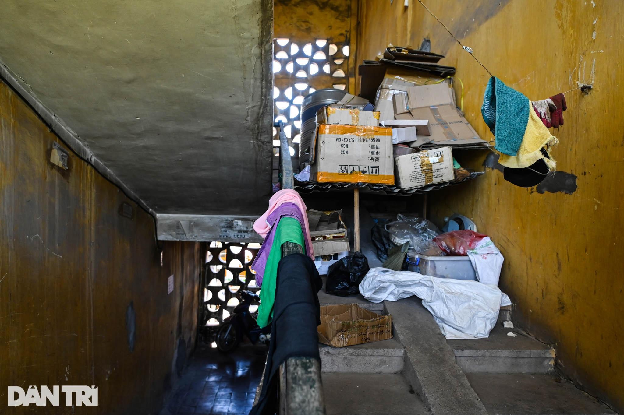 Nhà biến thành hầm ẩm thấp, dột nát tại chung cư tập thể cũ Hà Nội - 16