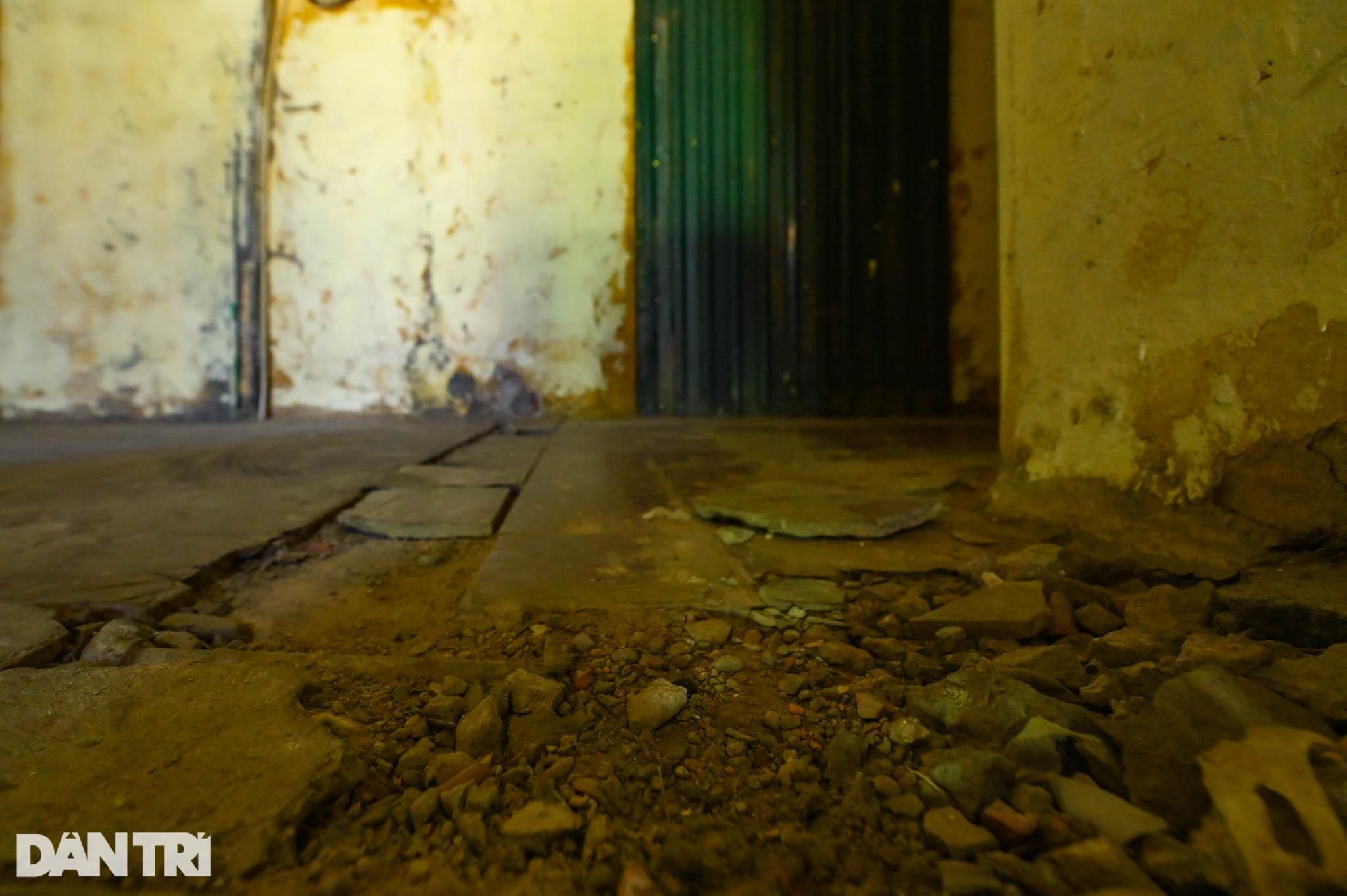 Nhà biến thành hầm ẩm thấp, dột nát tại chung cư tập thể cũ Hà Nội - 13