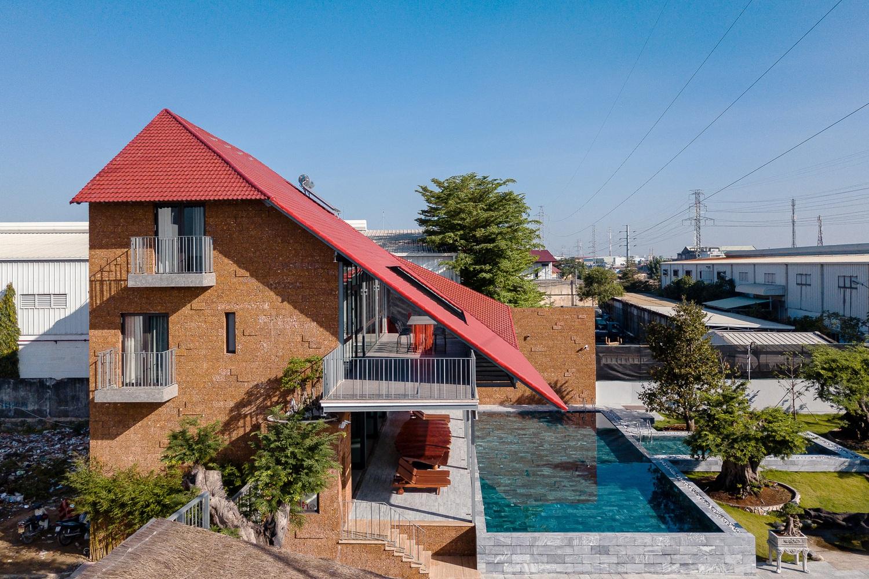 Nhà mái ngói đỏ gấp nếp độc đáo giữa lòng Sài Gòn - 2