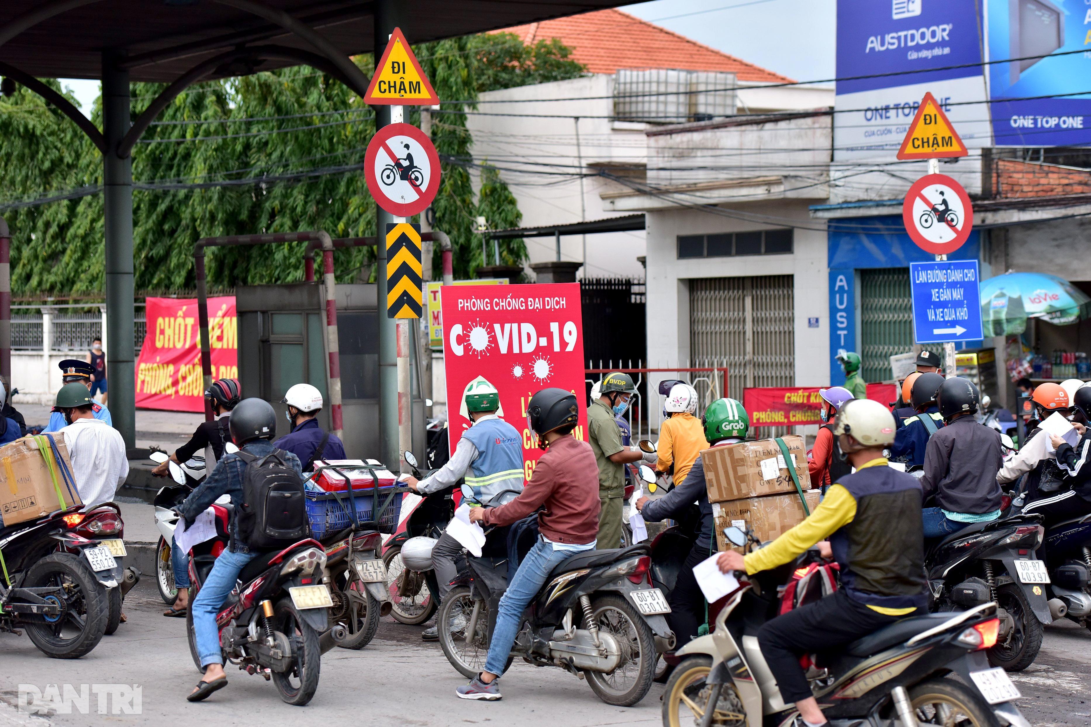 Người dân khăn gói hành lý ùn ùn rời Sài Gòn ngay trước giờ G - 2