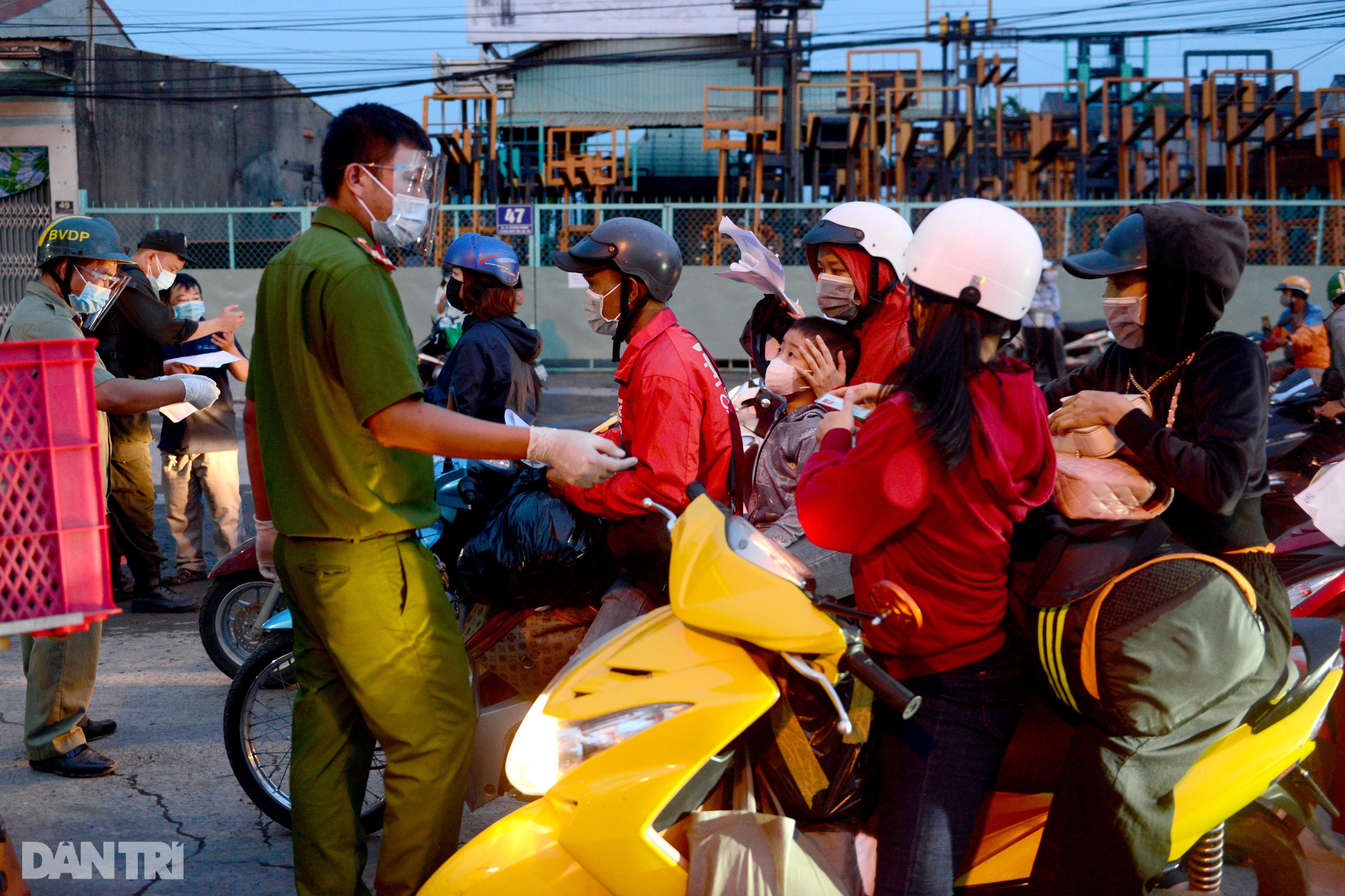 Người dân khăn gói hành lý ùn ùn rời Sài Gòn ngay trước giờ G - 3