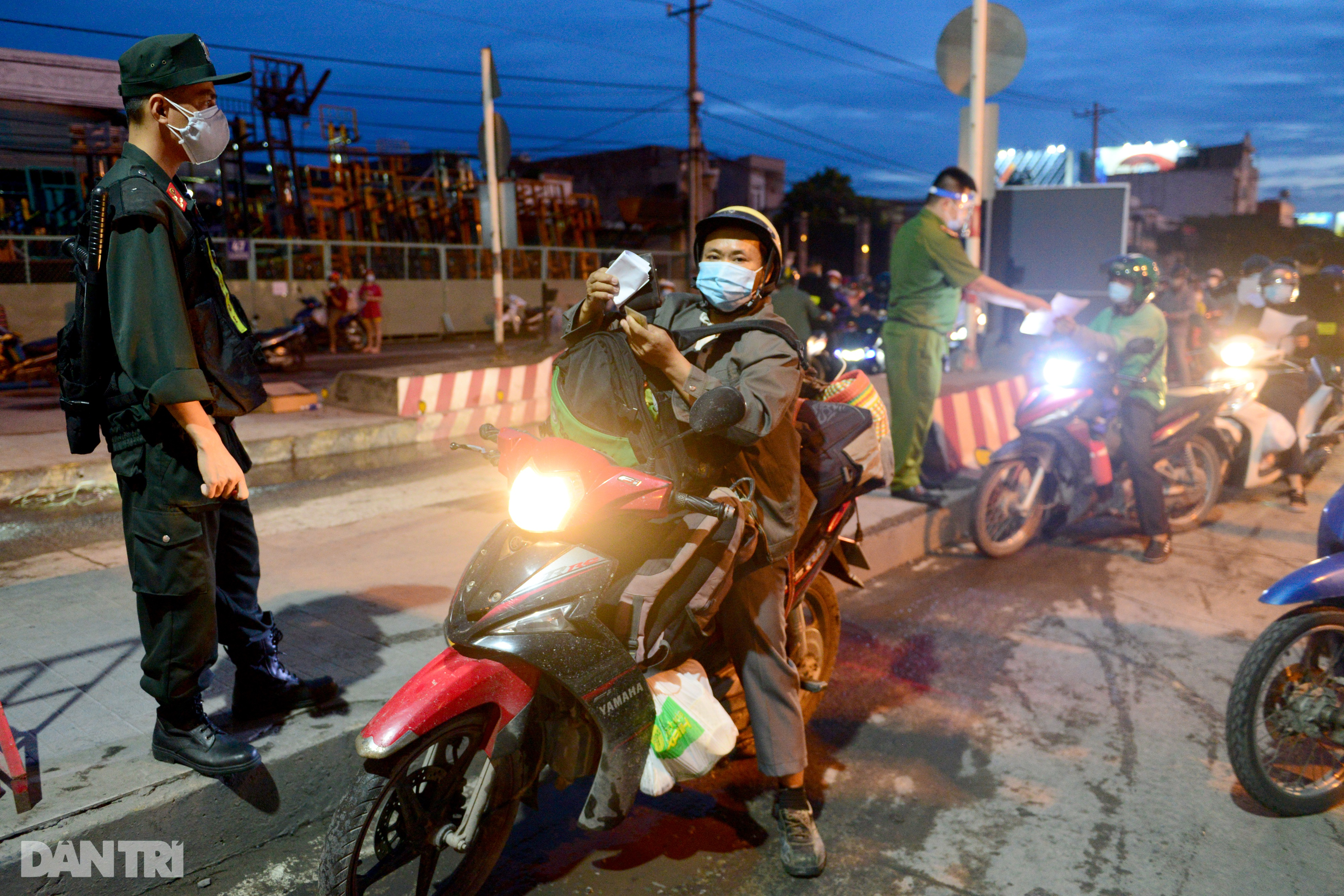 Người dân khăn gói hành lý ùn ùn rời Sài Gòn ngay trước giờ G - 11