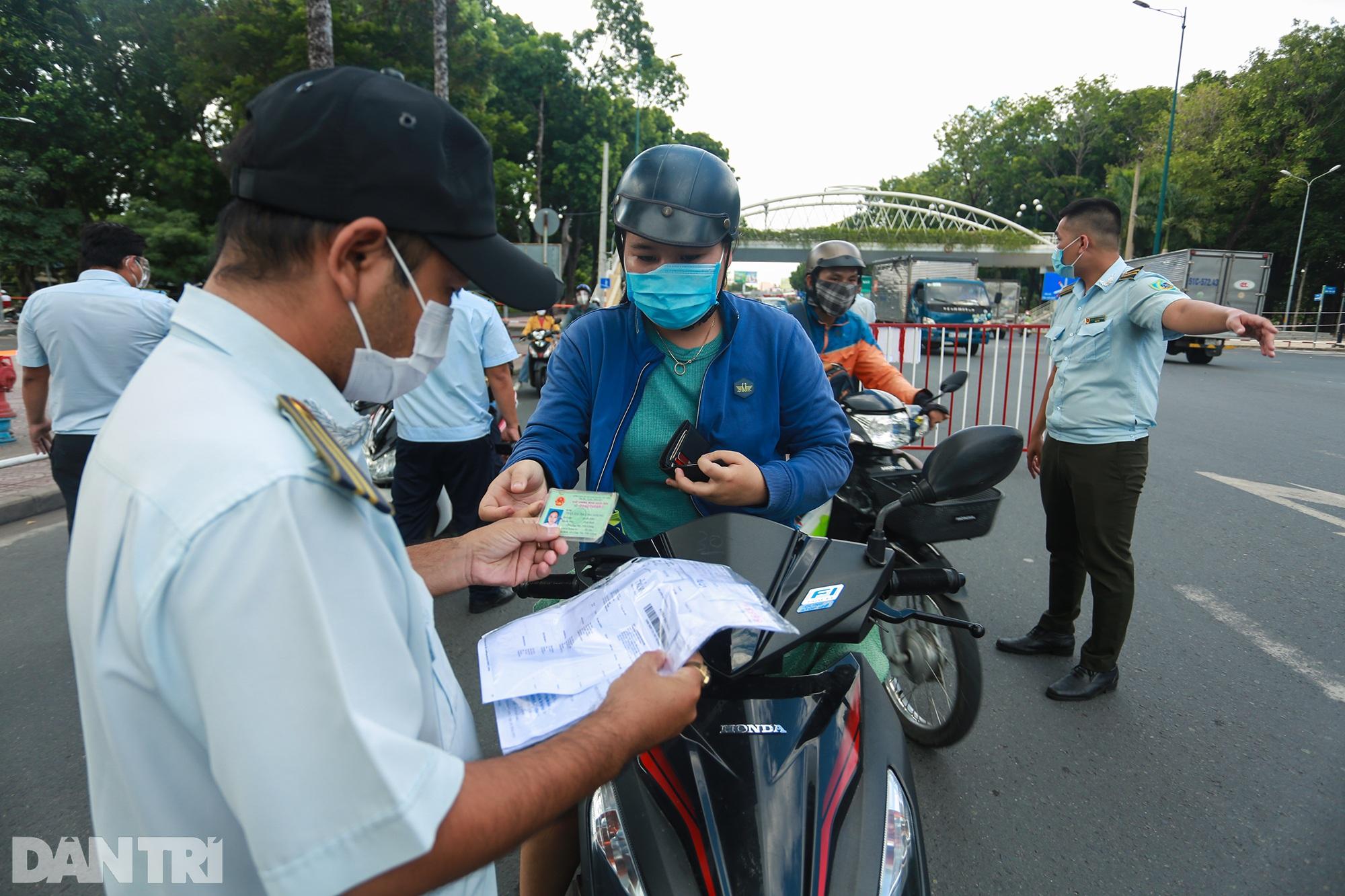 Đạp xe ra đường ở TPHCM với lý do mập mờ không thể xác thực bị phạt 2 triệu - 6