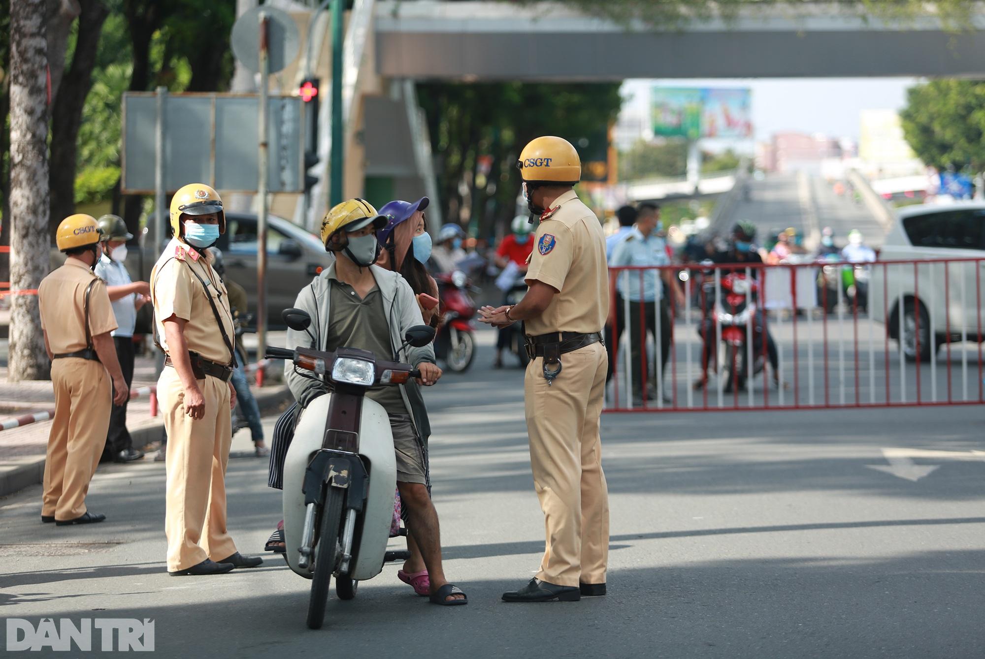 Đạp xe ra đường ở TPHCM với lý do mập mờ không thể xác thực bị phạt 2 triệu - 5
