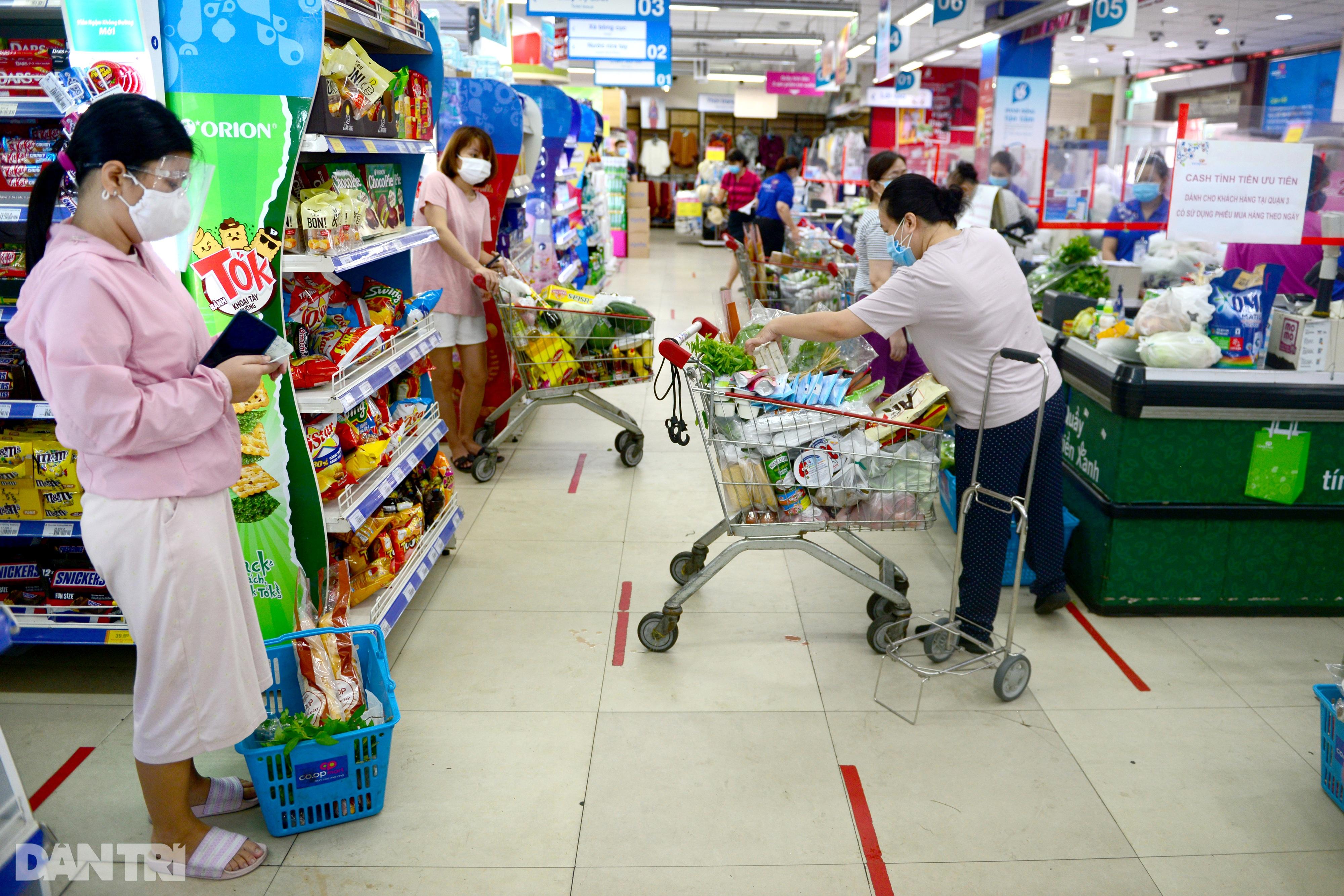 Siêu thị đầu tiên ở TPHCM phát phiếu đi chợ chẵn lẻ, dân mua hàng thế nào? - 13