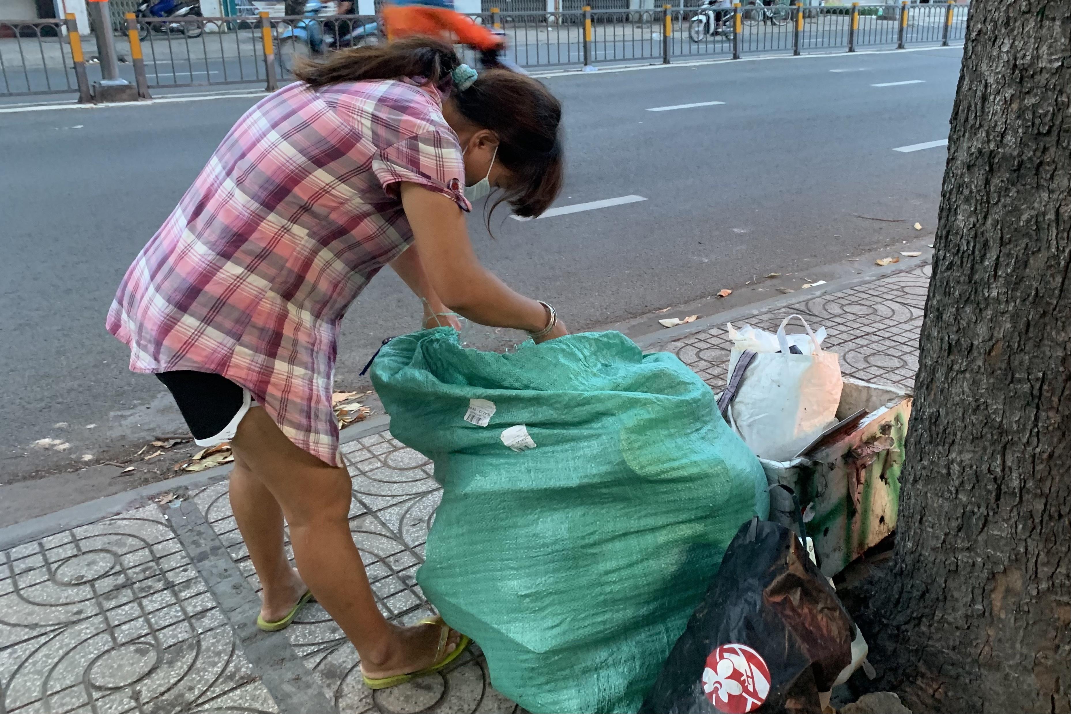 Những cảnh đời khốn khó mưu sinh ở phố Sài Gòn giữa dịch bệnh