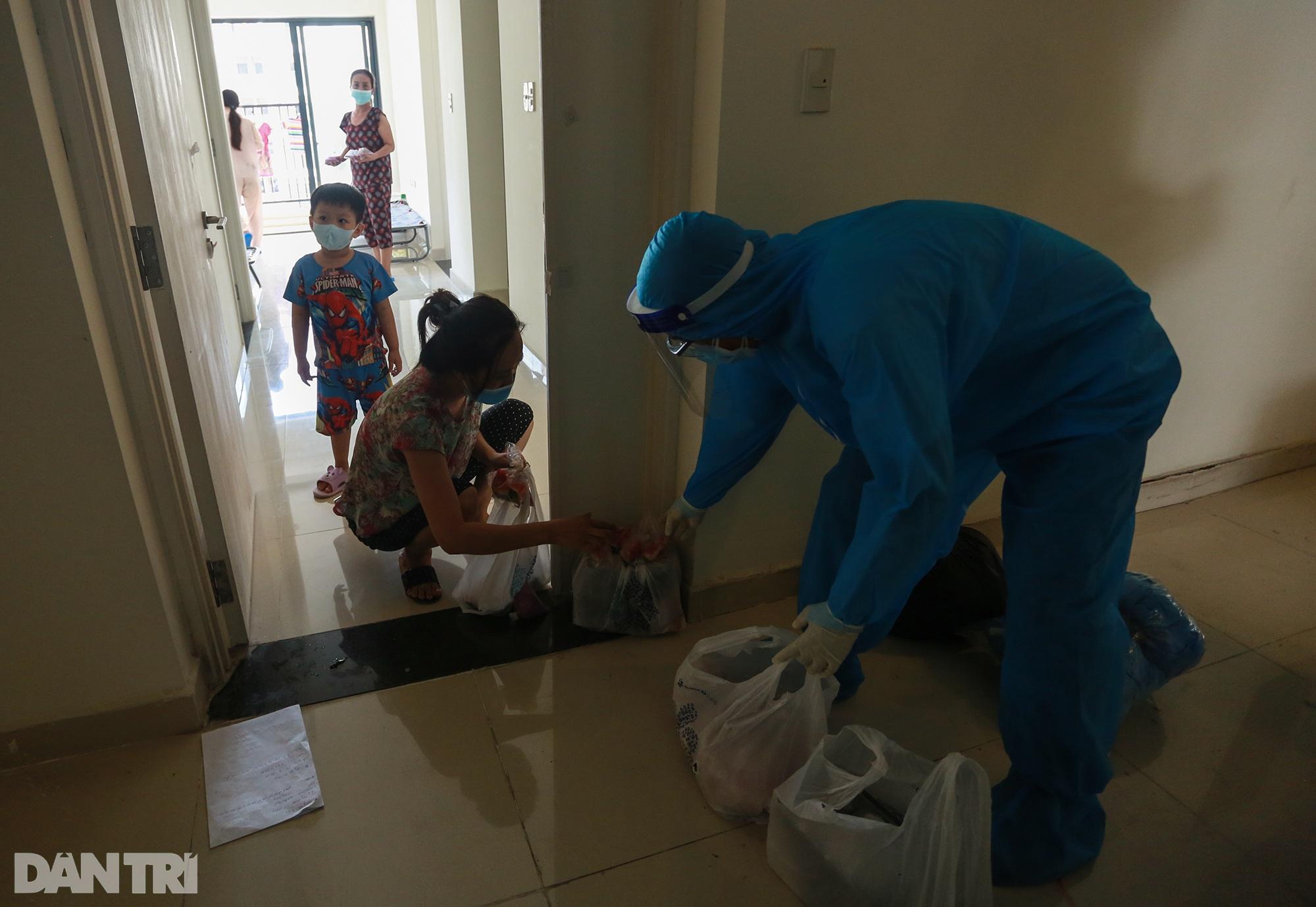 Một ngày bên trong Bệnh viện dã chiến lớn nhất TPHCM đang điều trị 3.400 F0 - 15