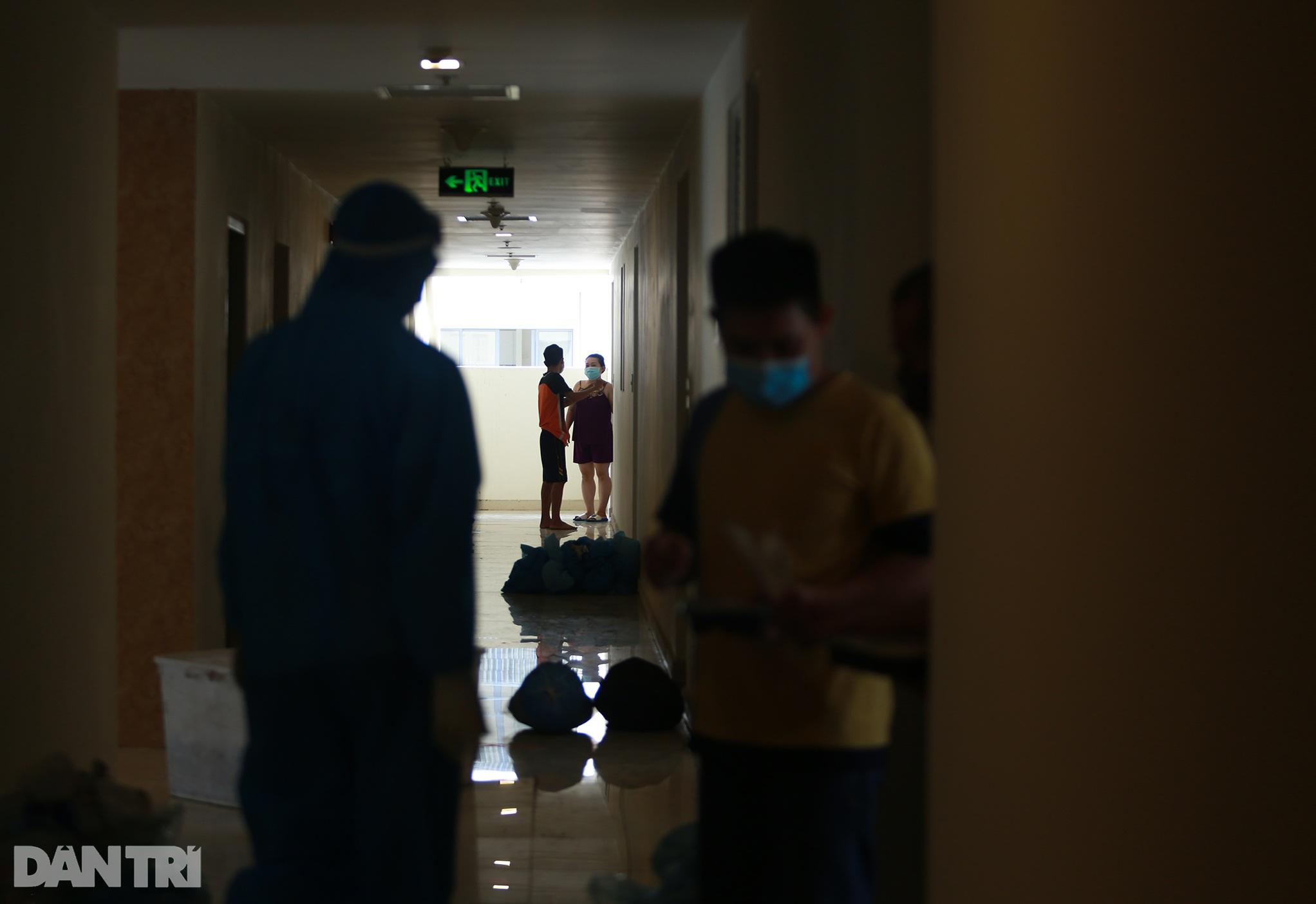 Một ngày bên trong Bệnh viện dã chiến lớn nhất TPHCM đang điều trị 3.400 F0 - 16