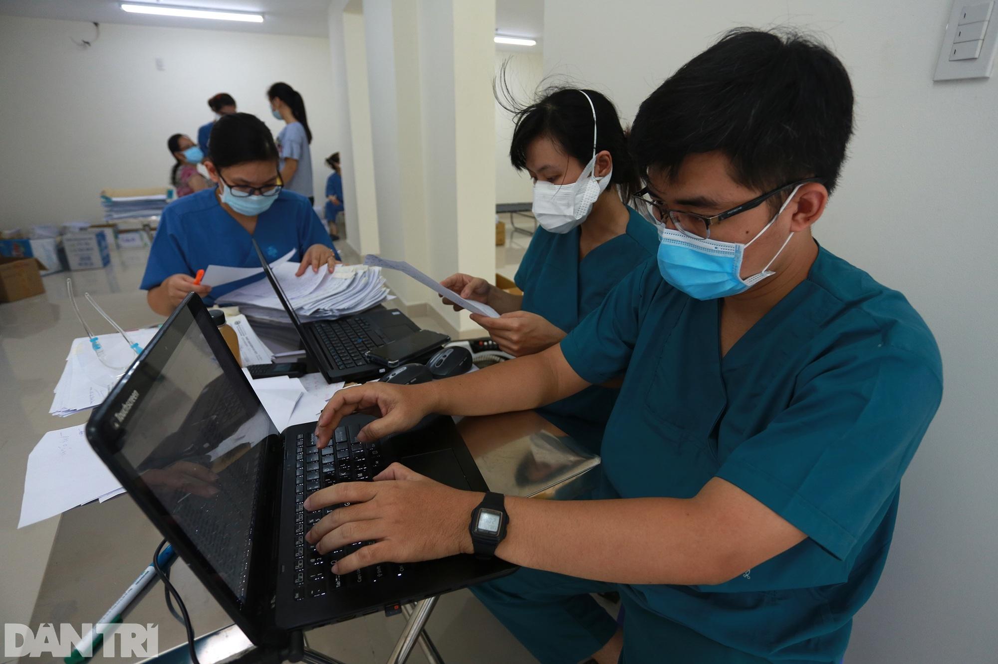 Một ngày bên trong Bệnh viện dã chiến lớn nhất TPHCM đang điều trị 3.400 F0 - 4