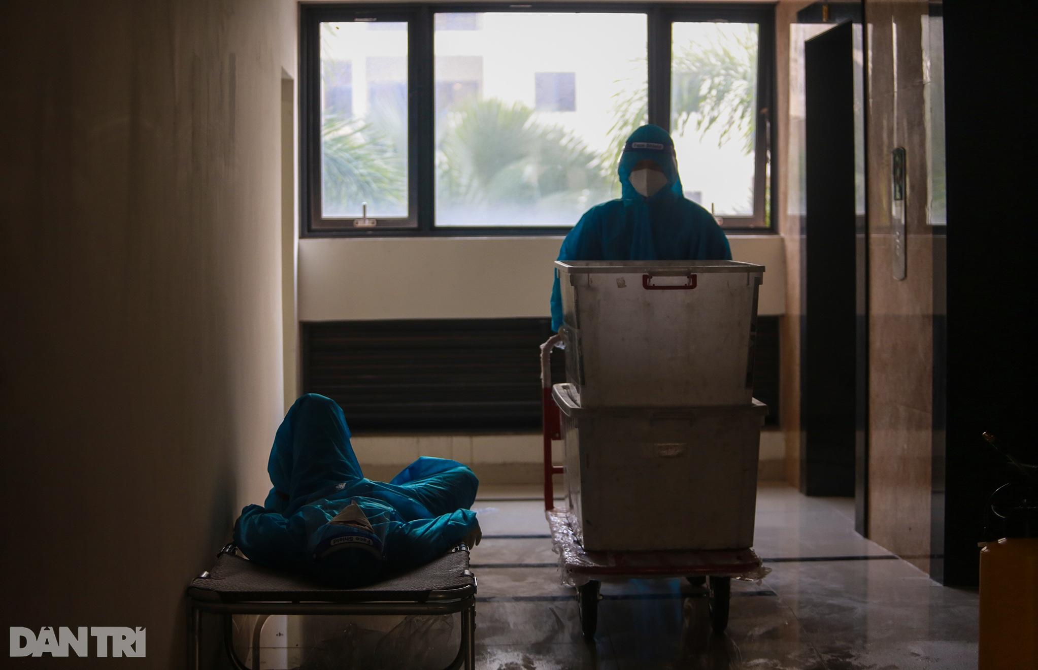 Một ngày bên trong Bệnh viện dã chiến lớn nhất TPHCM đang điều trị 3.400 F0 - 17