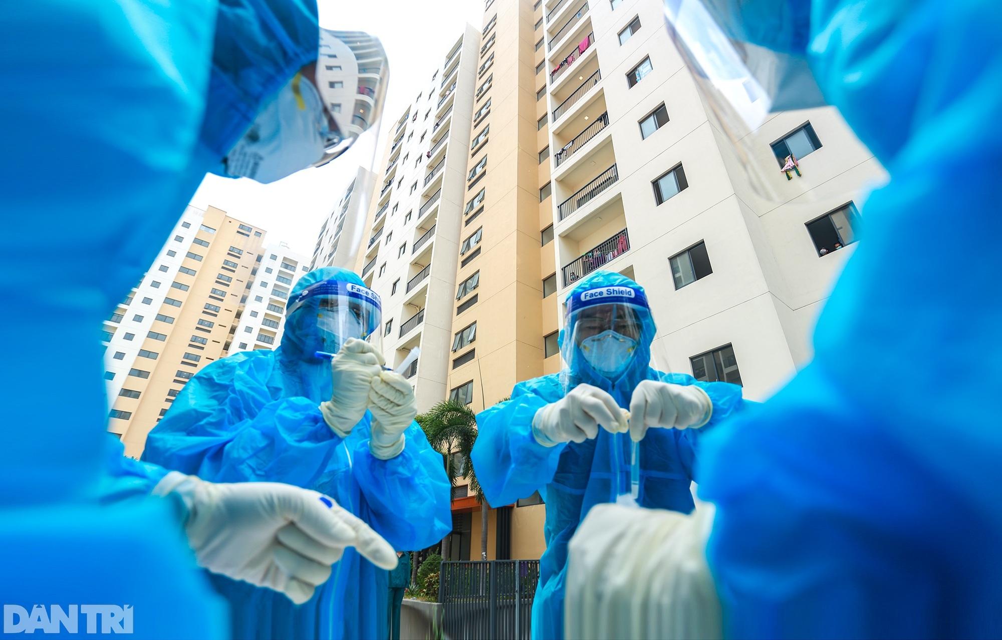 Một ngày bên trong Bệnh viện dã chiến lớn nhất TPHCM đang điều trị 3.400 F0 - 1
