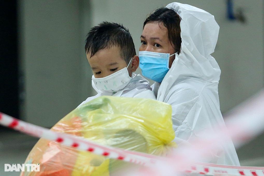 Chị 7 tuổi bế em một tháng tuổi đi điều trị Covid-19 ở BV dã chiến TPHCM - 7
