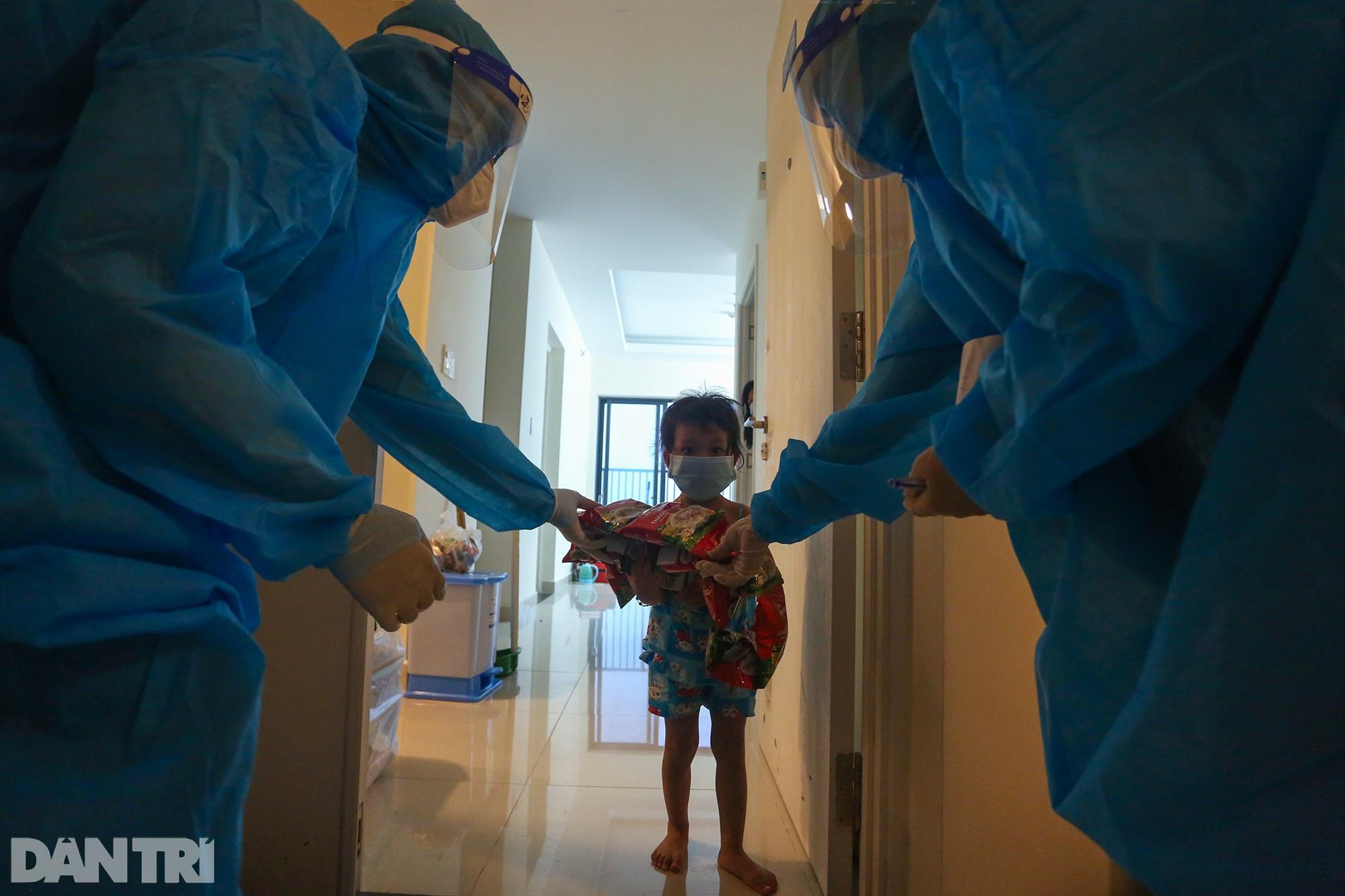 Chị 7 tuổi bế em một tháng tuổi đi điều trị Covid-19 ở BV dã chiến TPHCM - 13