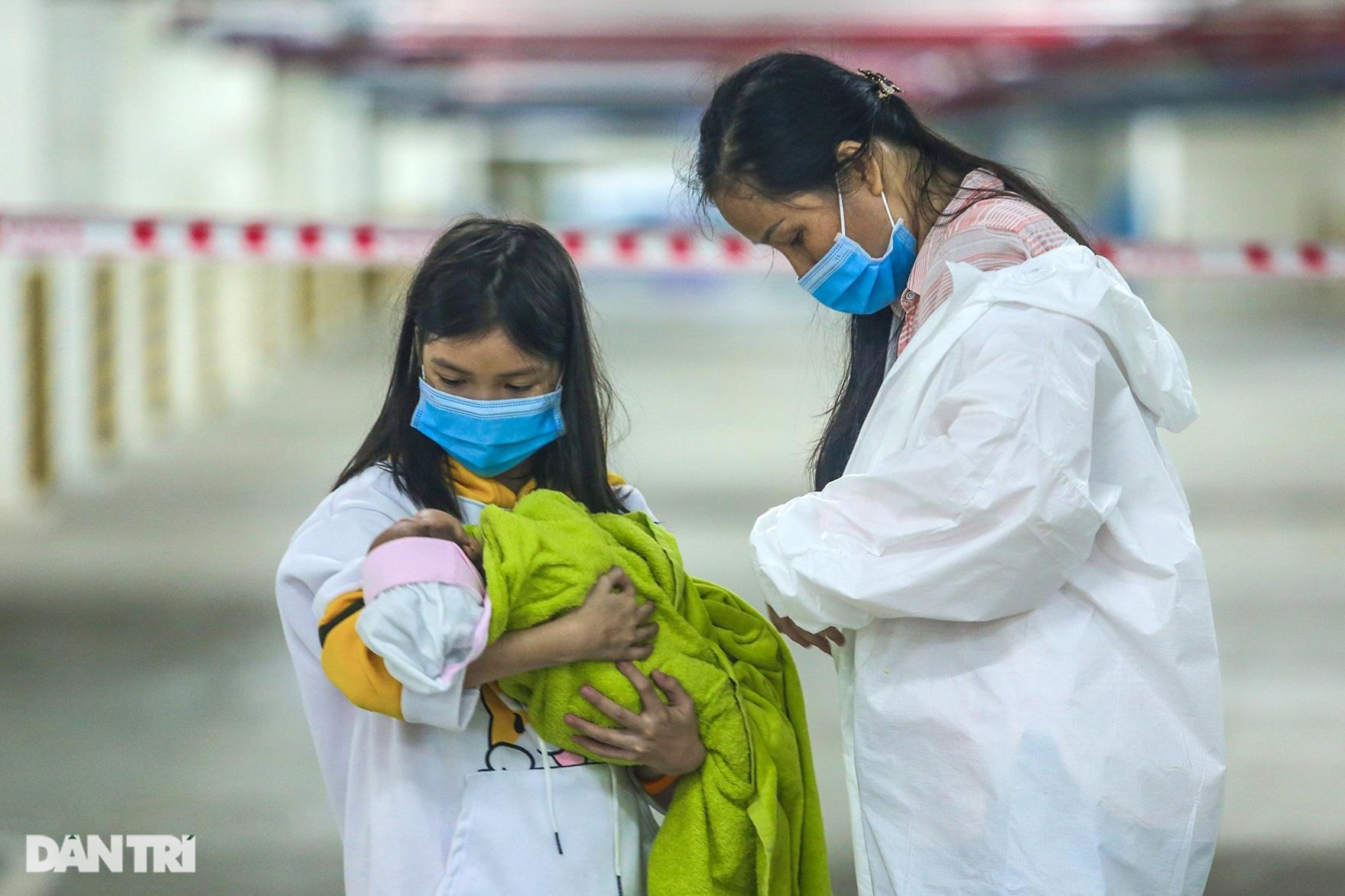 Chị 7 tuổi bế em một tháng tuổi đi điều trị Covid-19 ở BV dã chiến TPHCM - 9