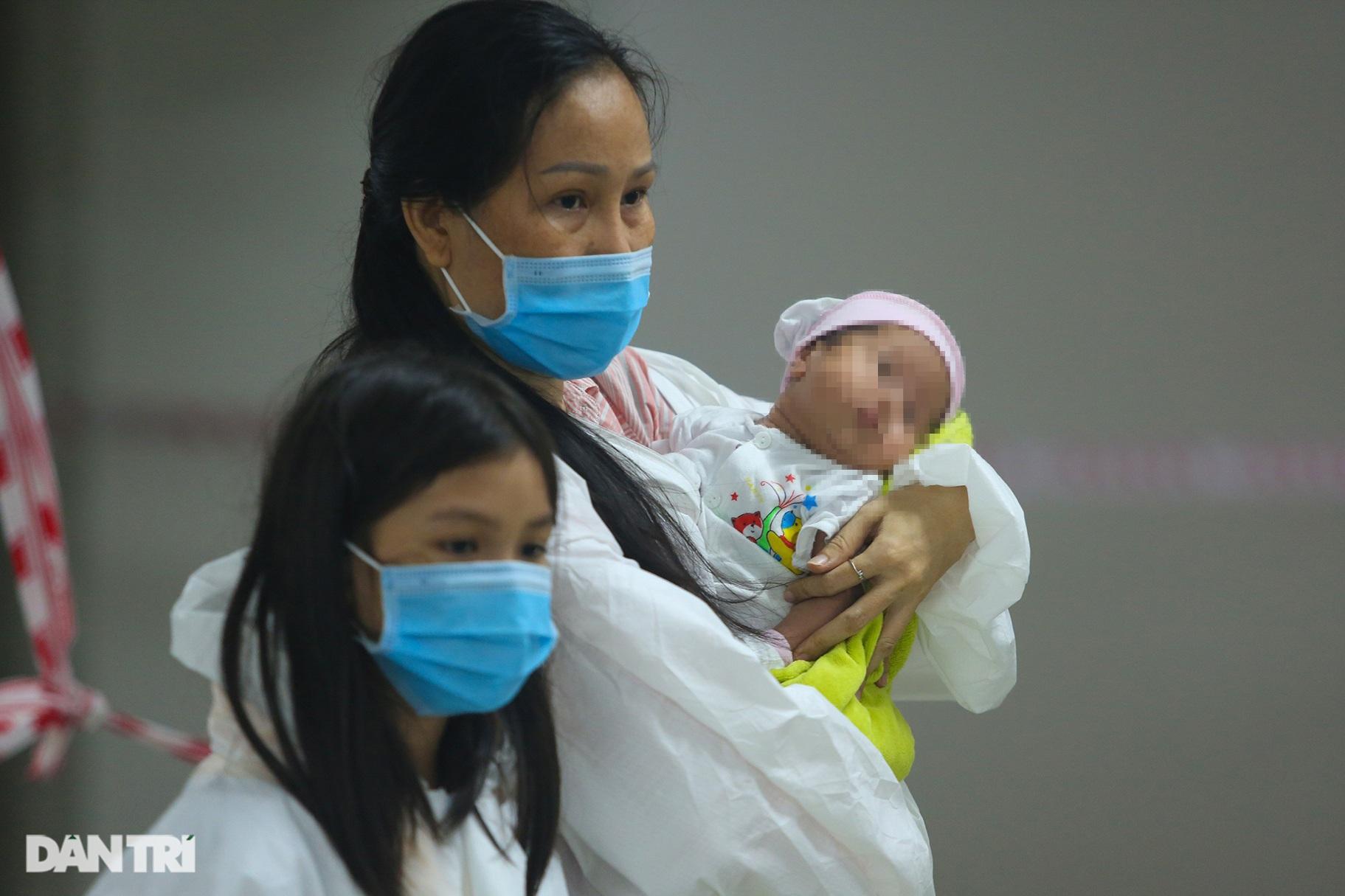 Chị 7 tuổi bế em một tháng tuổi đi điều trị Covid-19 ở BV dã chiến TPHCM - 8