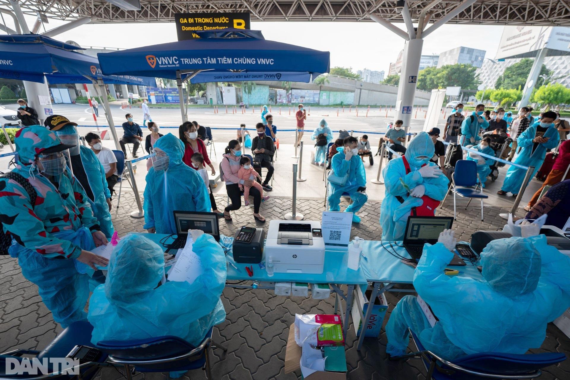 500 công dân Quảng Nam lên xe khách rời tâm dịch TPHCM trở về quê nhà - 12
