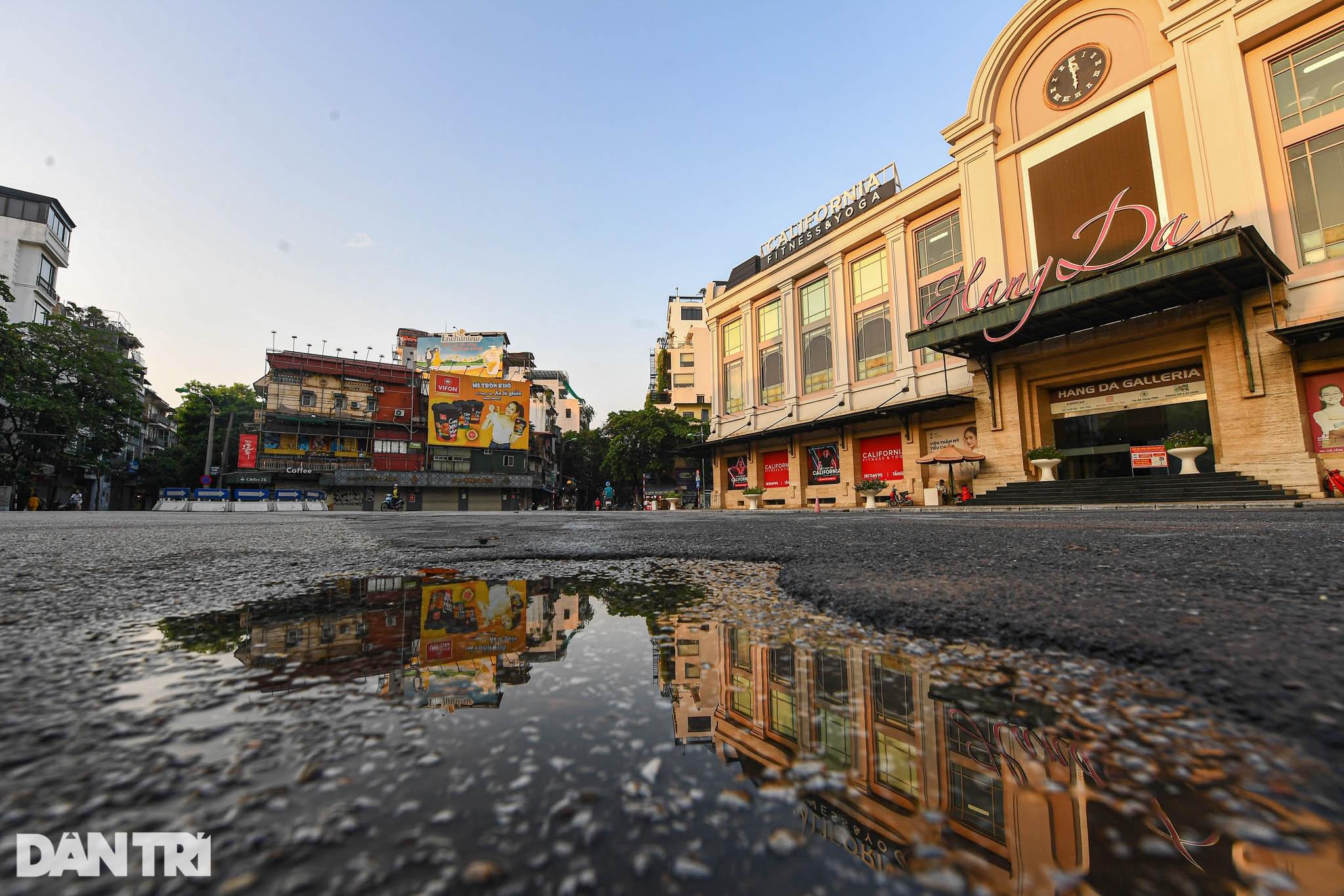 Hà Nội ngày đầu thực hiện Chỉ thị 16: Đường phố vắng, chợ dân sinh đông đúc - 1