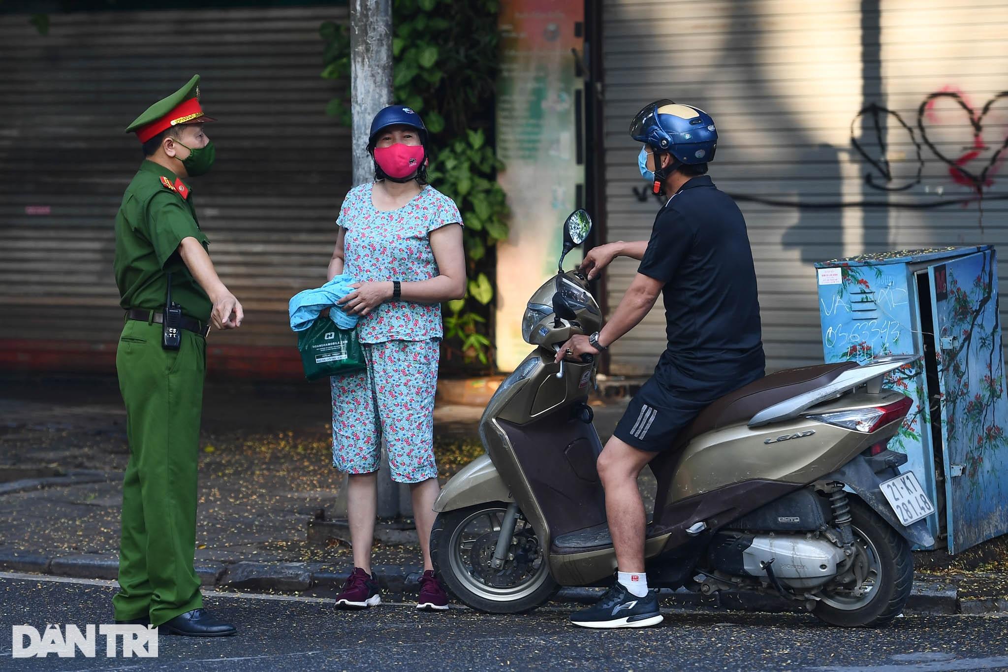 Hà Nội ngày đầu thực hiện Chỉ thị 16: Đường phố vắng, chợ dân sinh đông đúc - 5