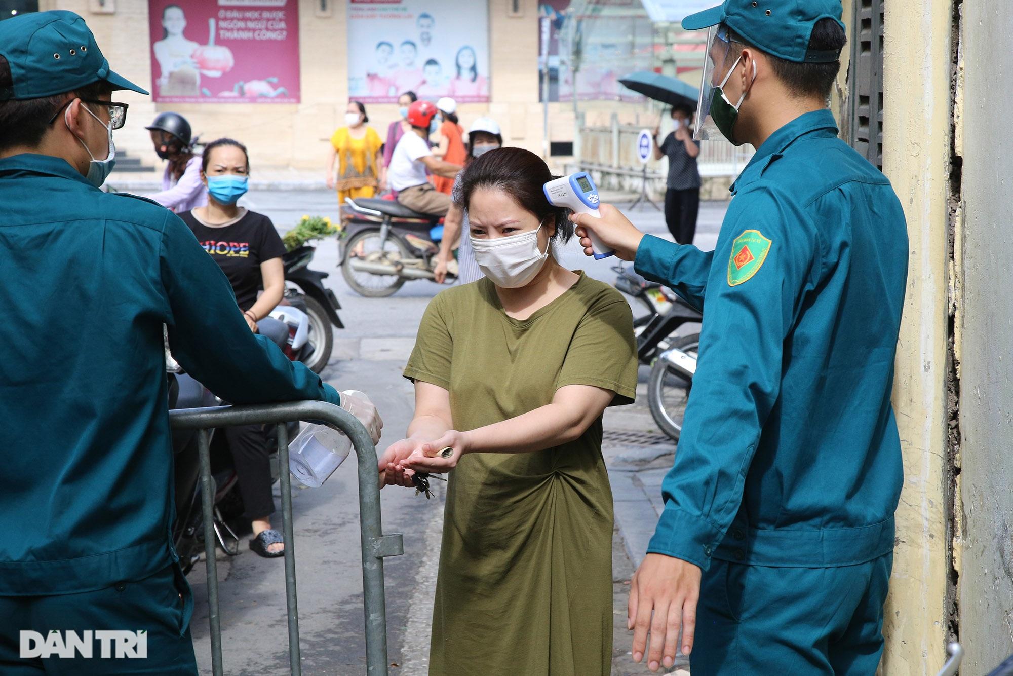 Hà Nội ngày đầu thực hiện Chỉ thị 16: Đường phố vắng, chợ dân sinh đông đúc - 14