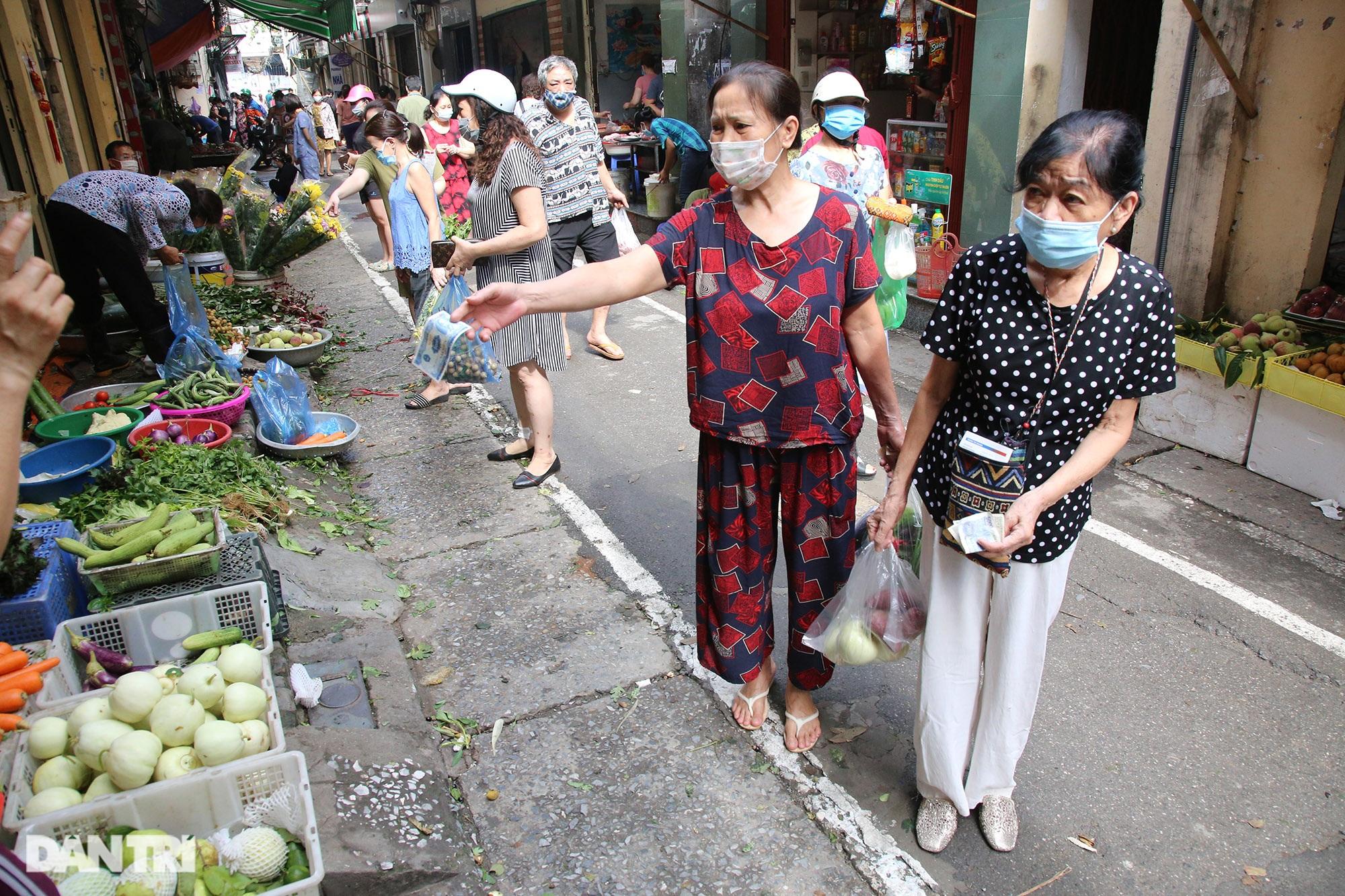 Hà Nội ngày đầu thực hiện Chỉ thị 16: Đường phố vắng, chợ dân sinh đông đúc - 16