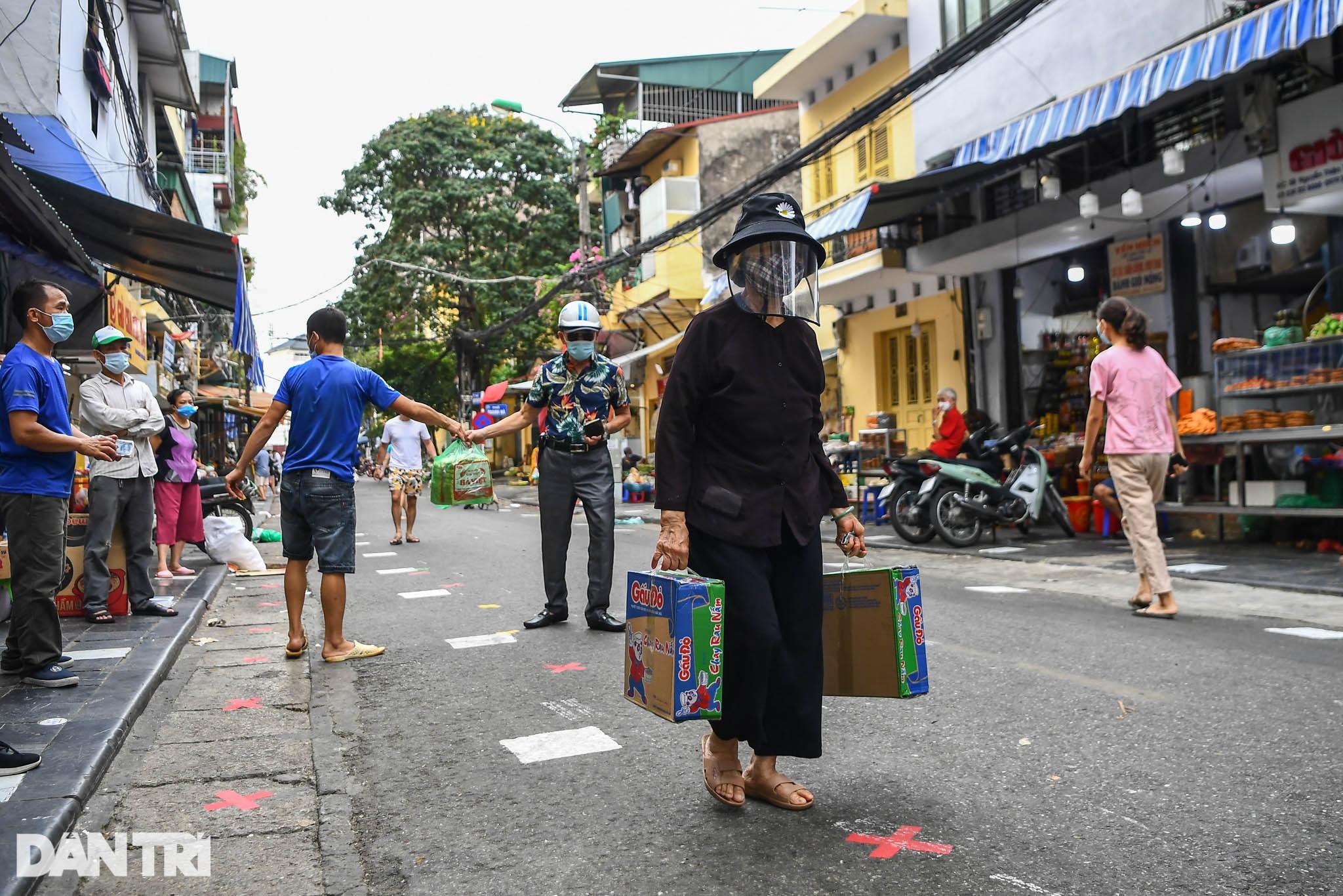 Độc đáo những phương pháp phòng dịch tại các chợ dân sinh ở Hà Nội - 15