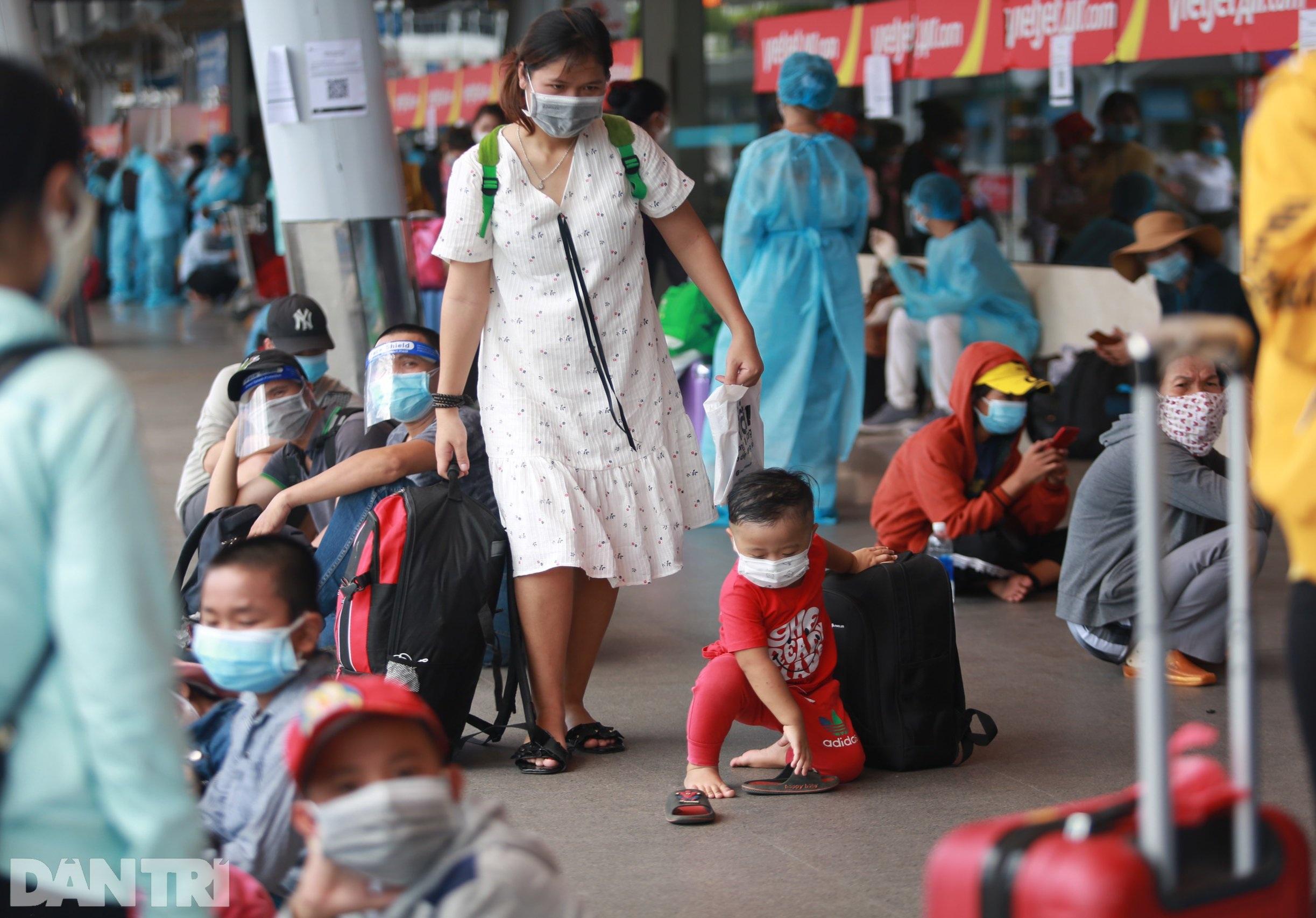 Nỗi lòng người dứt áo rời Sài Gòn về quê khi thành phố đổ bệnh - 3