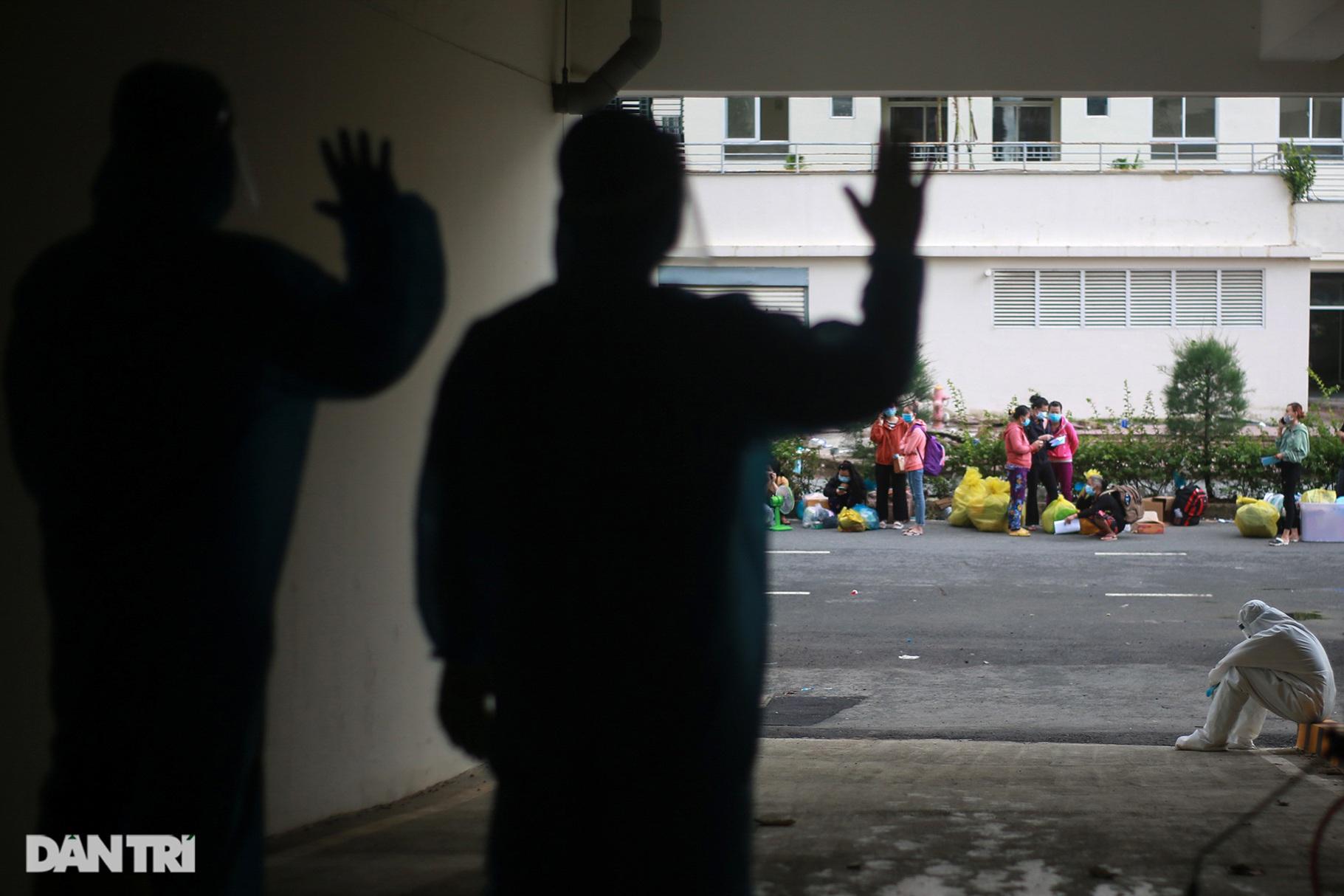Gần 1.500 người khỏi Covid-19 ở TPHCM vui mừng khi được trở về nhà - 14