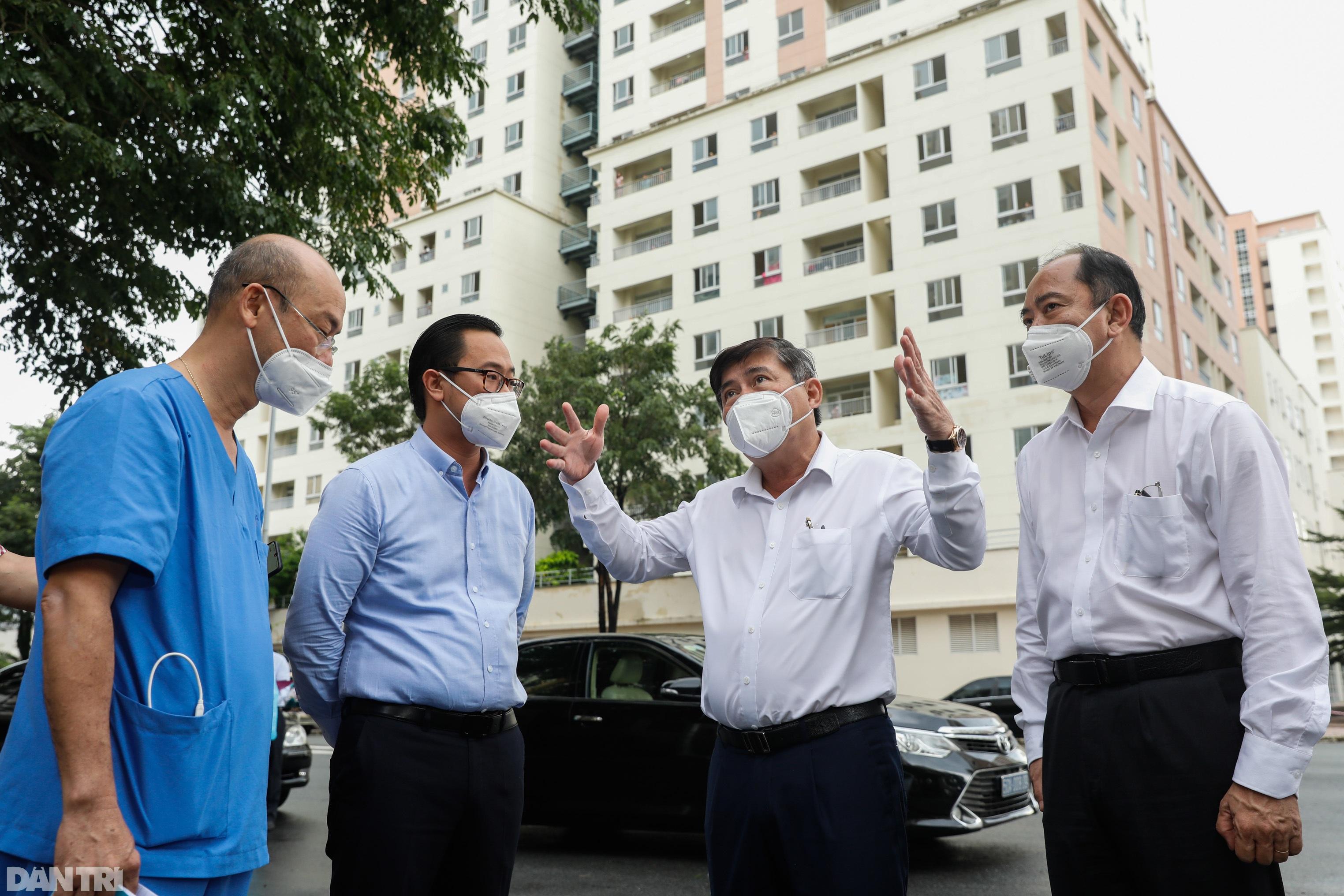 Chủ tịch TPHCM thăm bác sĩ, bệnh nhân đang điều trị tại bệnh viện dã chiến - 7