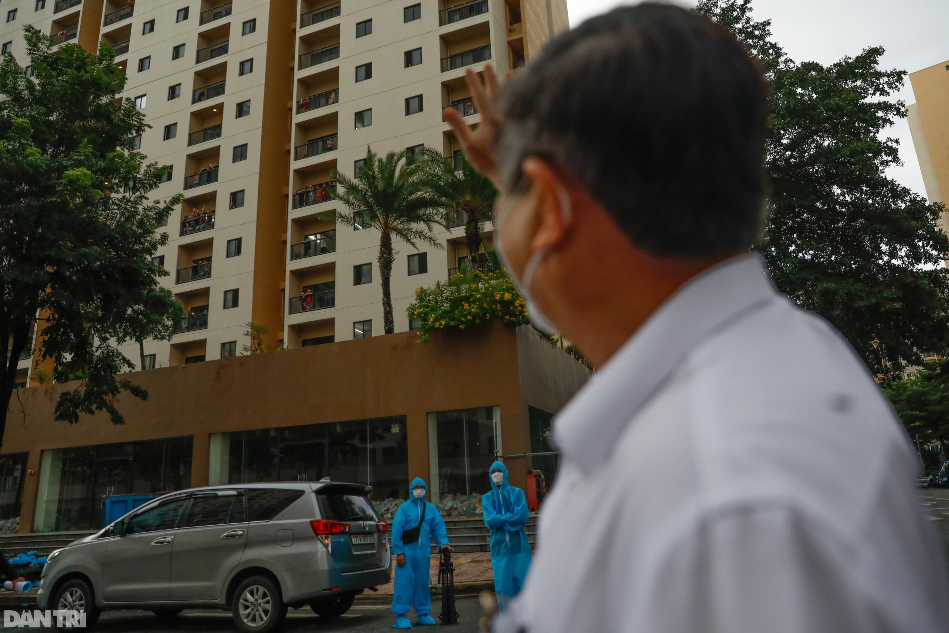 Chủ tịch TPHCM thăm bác sĩ, bệnh nhân đang điều trị tại bệnh viện dã chiến - 6