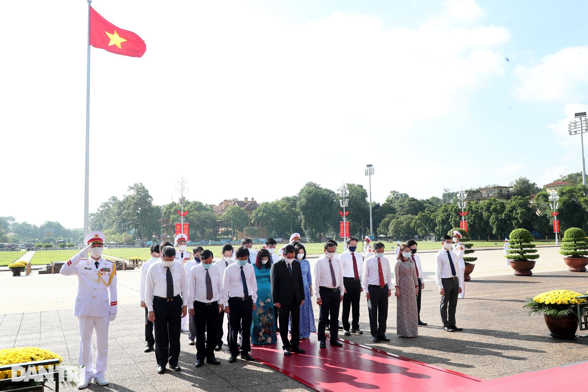 Lãnh đạo Đảng, Nhà nước đặt vòng hoa, tưởng niệm các Anh hùng liệt sĩ - 11