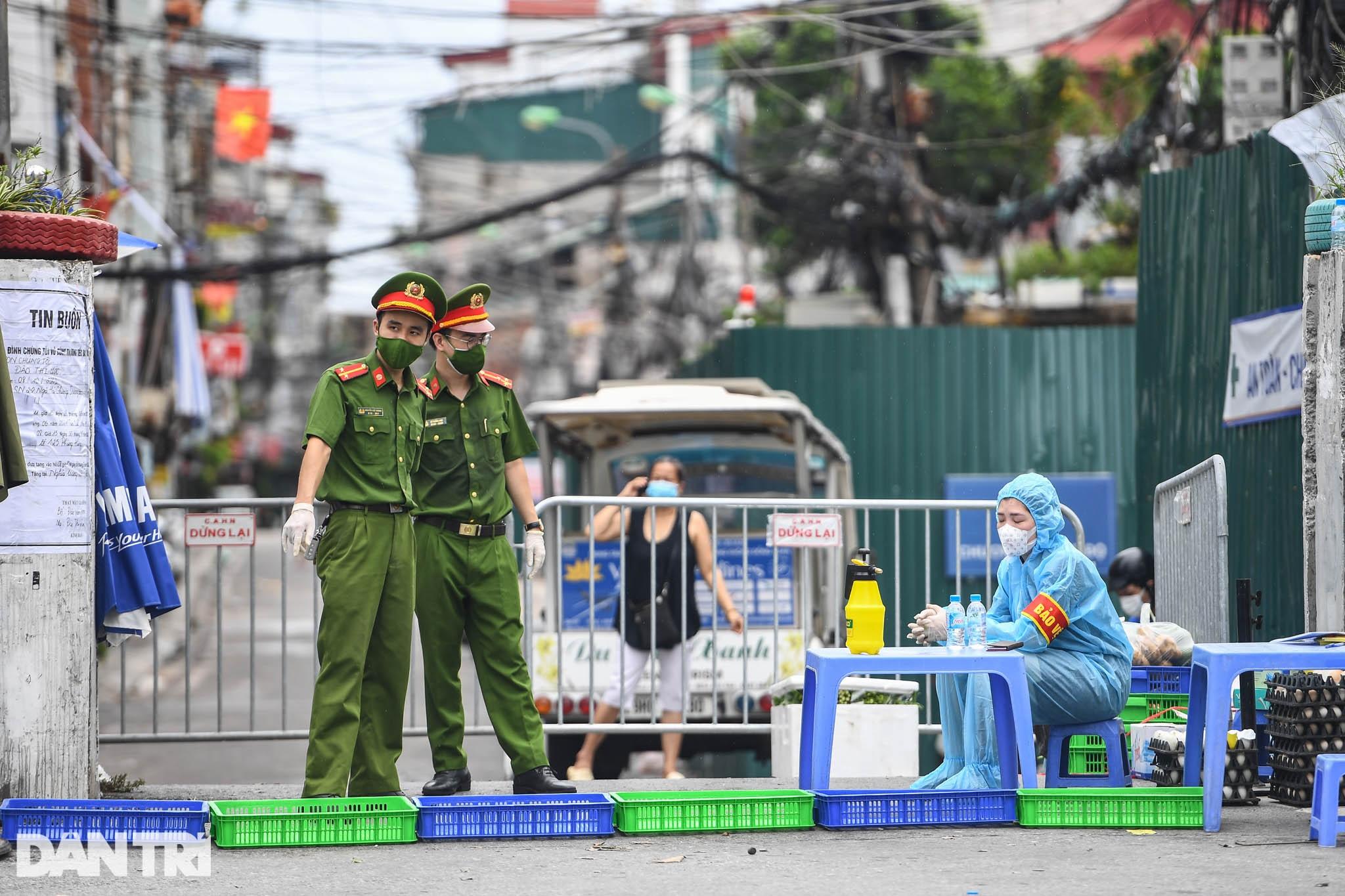 Người dân vượt rào thép gai vận chuyển đồ, rời khỏi khu phong tỏa ở Hà Nội - 1