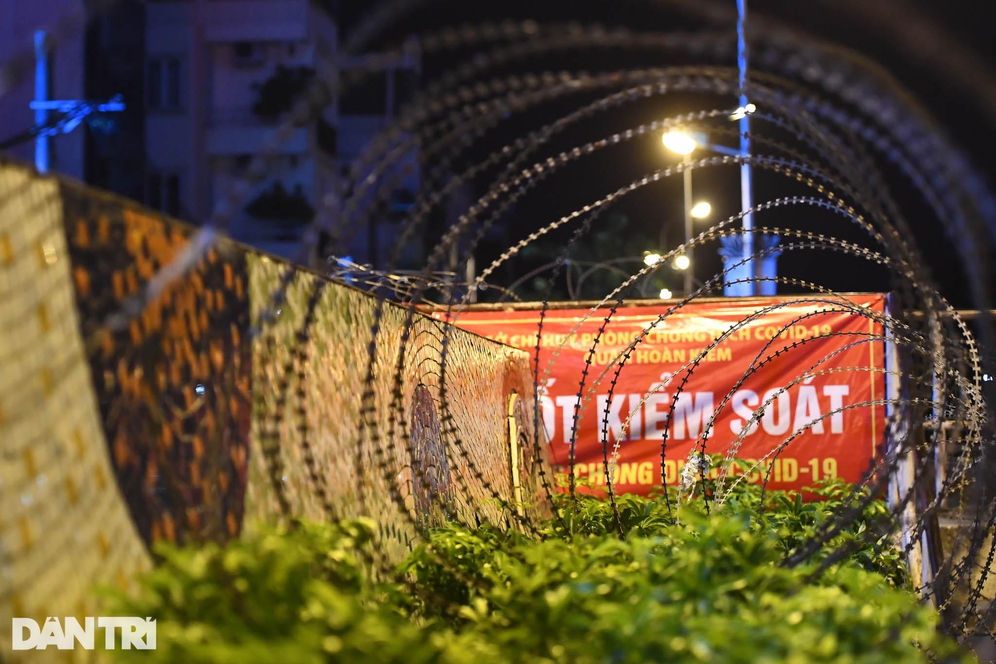 Người dân vượt rào thép gai vận chuyển đồ, rời khỏi khu phong tỏa ở Hà Nội - 3
