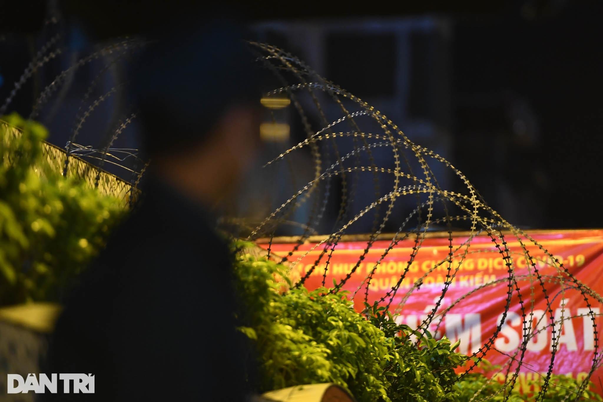 Người dân vượt rào thép gai vận chuyển đồ, rời khỏi khu phong tỏa ở Hà Nội - 16