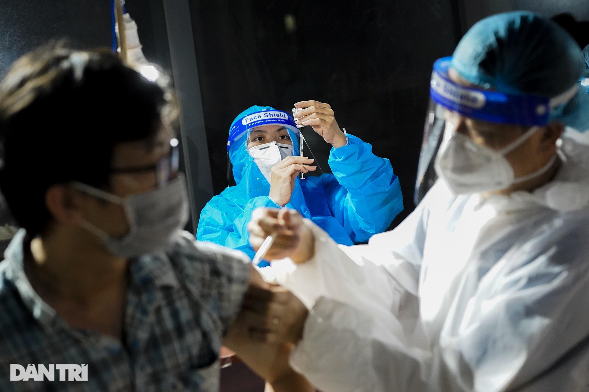 Người dân Sài Gòn chong đèn, tiêm vắc xin vào ban đêm - 18