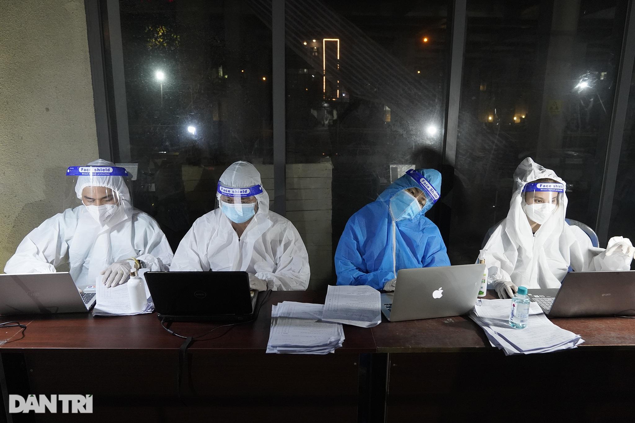Người dân Sài Gòn chong đèn, tiêm vắc xin vào ban đêm - 12