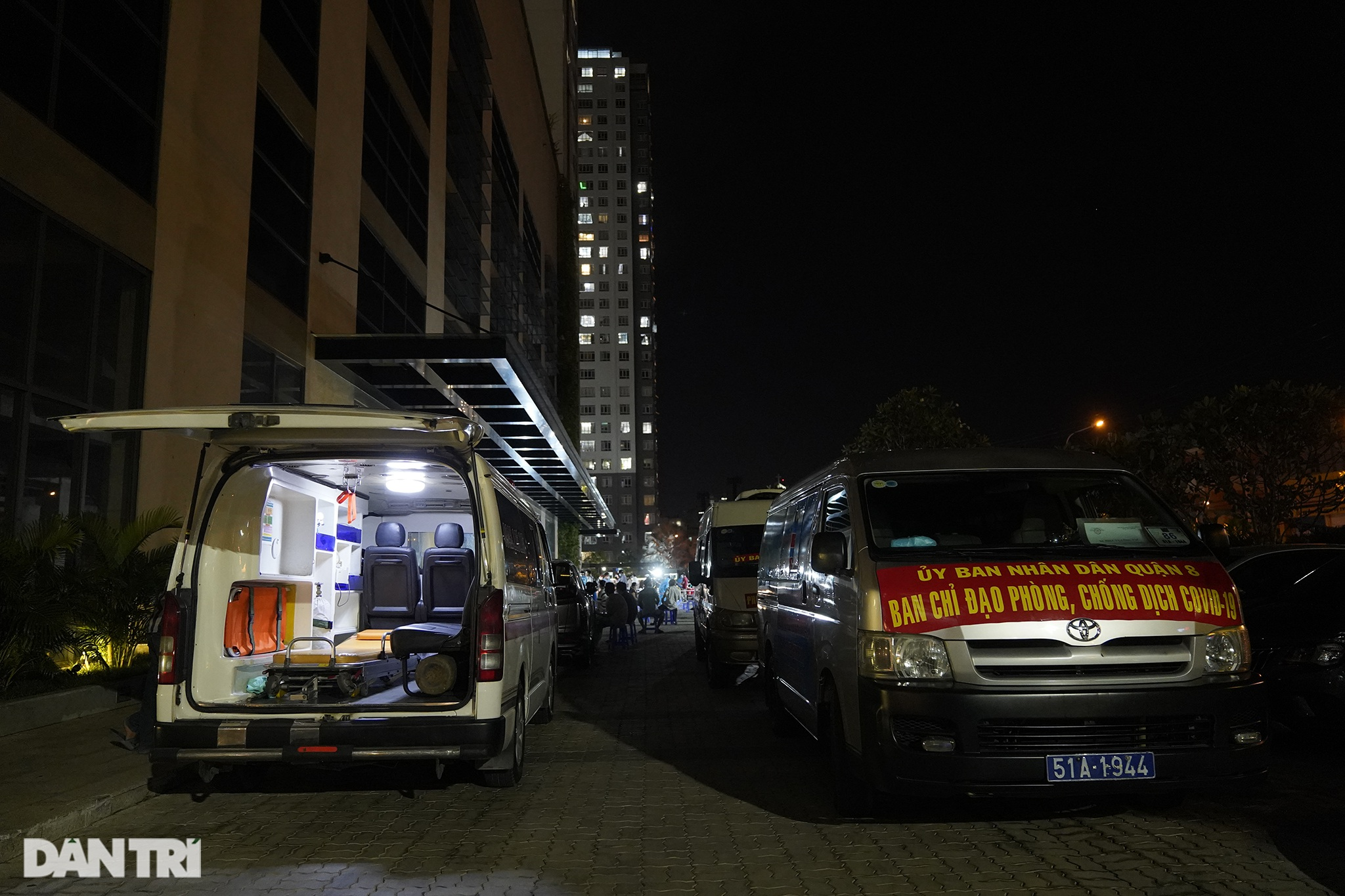 Người dân Sài Gòn chong đèn, tiêm vắc xin vào ban đêm - 16
