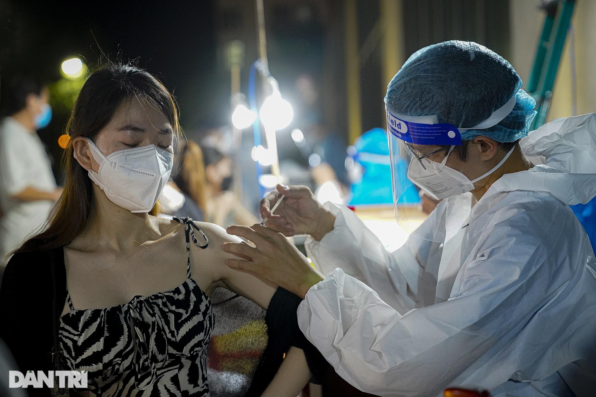 Người dân Sài Gòn chong đèn, tiêm vắc xin vào ban đêm - 11