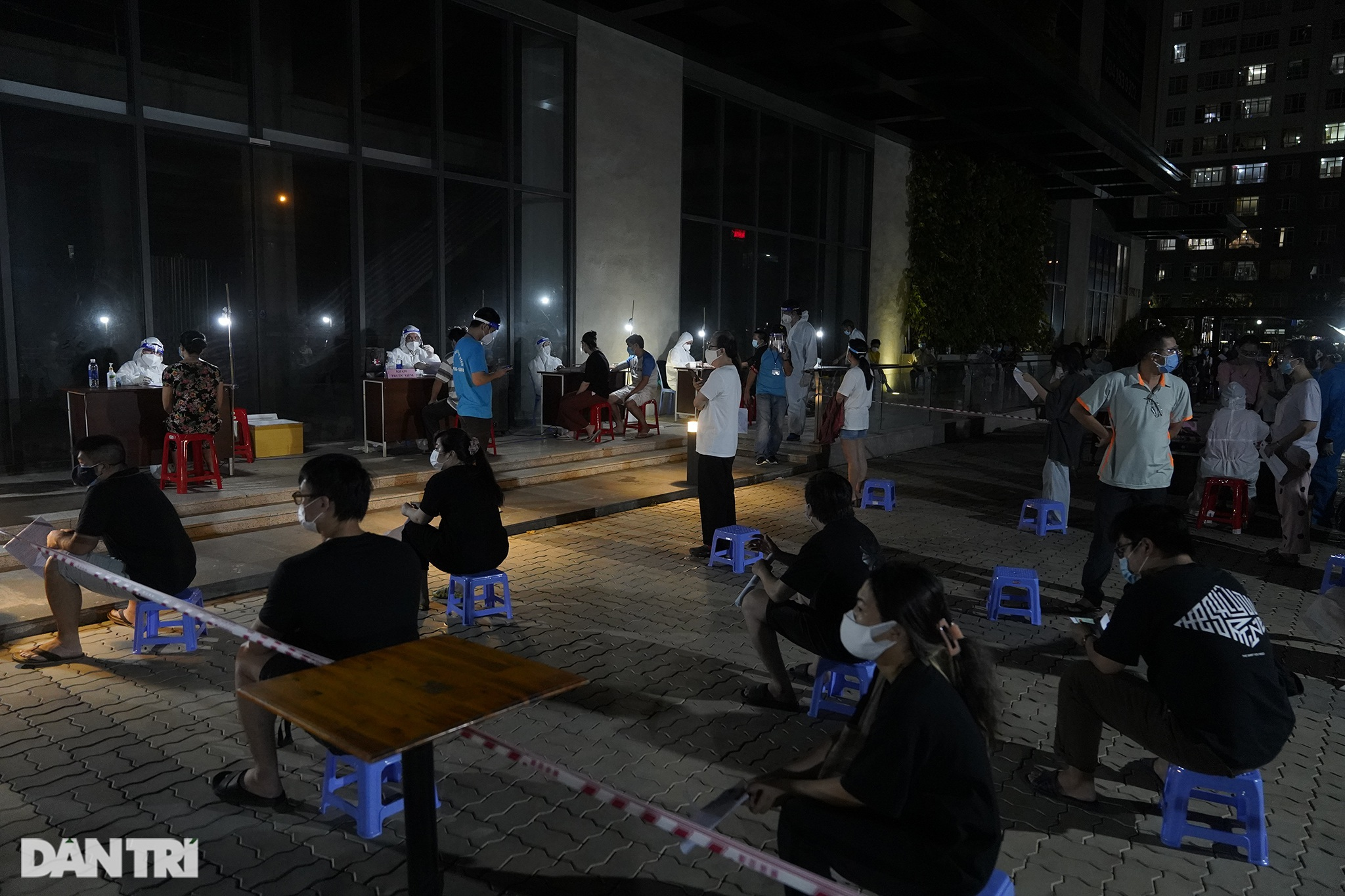 Người dân Sài Gòn chong đèn, tiêm vắc xin vào ban đêm - 5