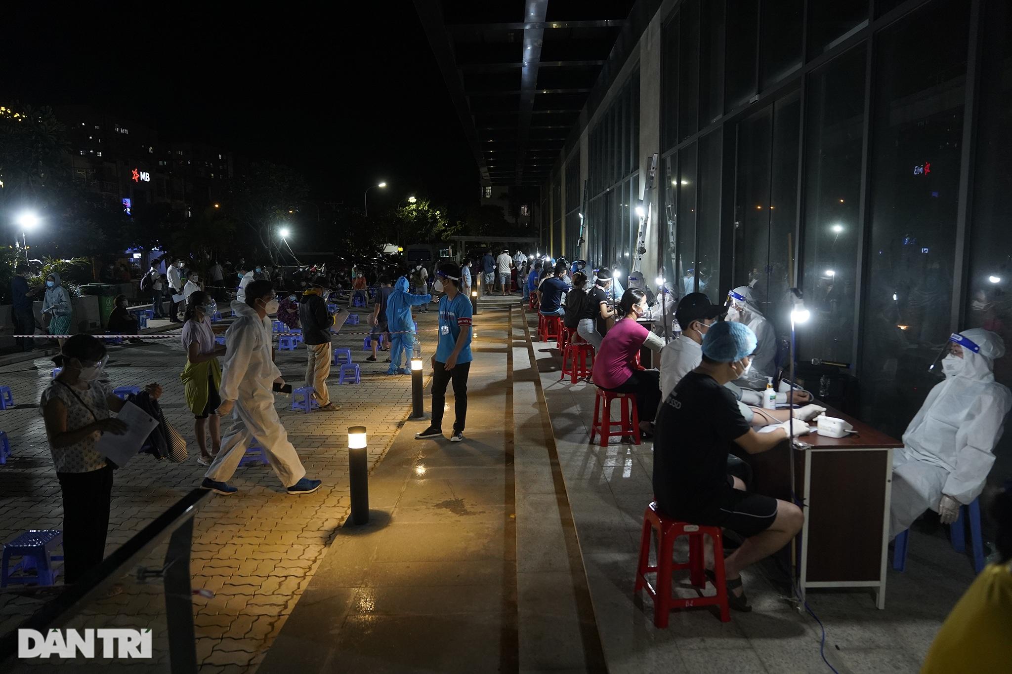 Người dân Sài Gòn chong đèn, tiêm vắc xin vào ban đêm - 17