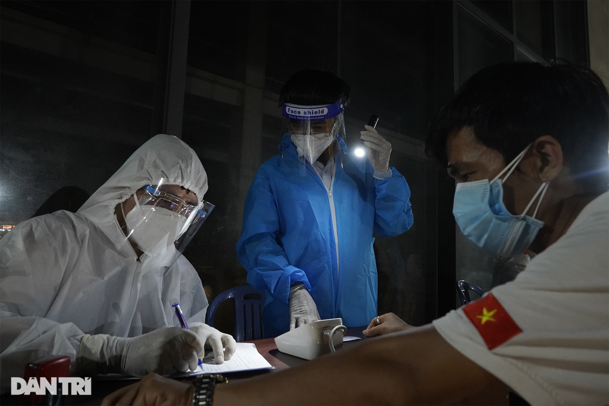 Người dân Sài Gòn chong đèn, tiêm vắc xin vào ban đêm - 4