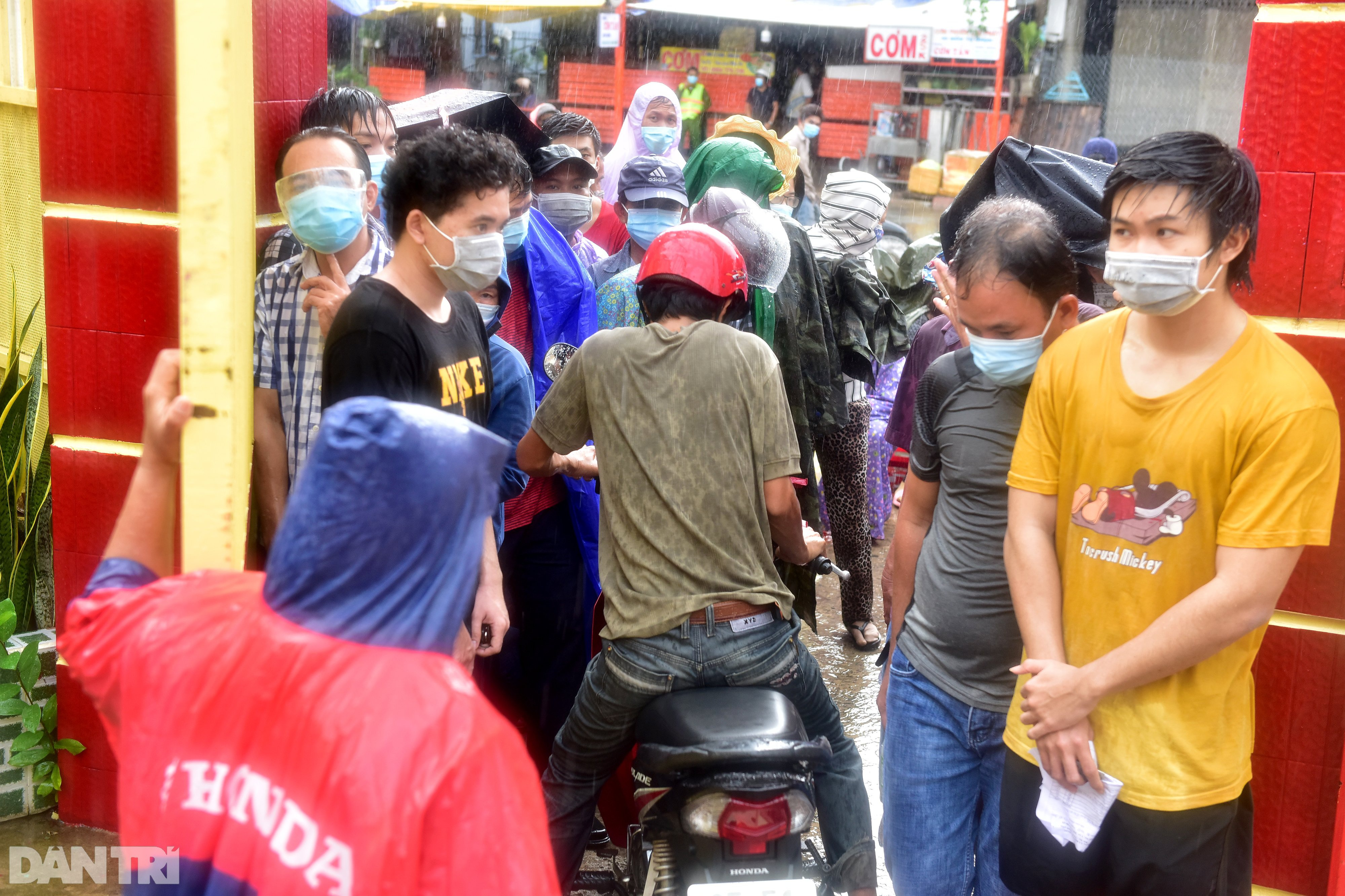 Người dân Sài Gòn xếp hàng trong mưa hơn 2 tiếng chờ tiêm vắc xin - 1