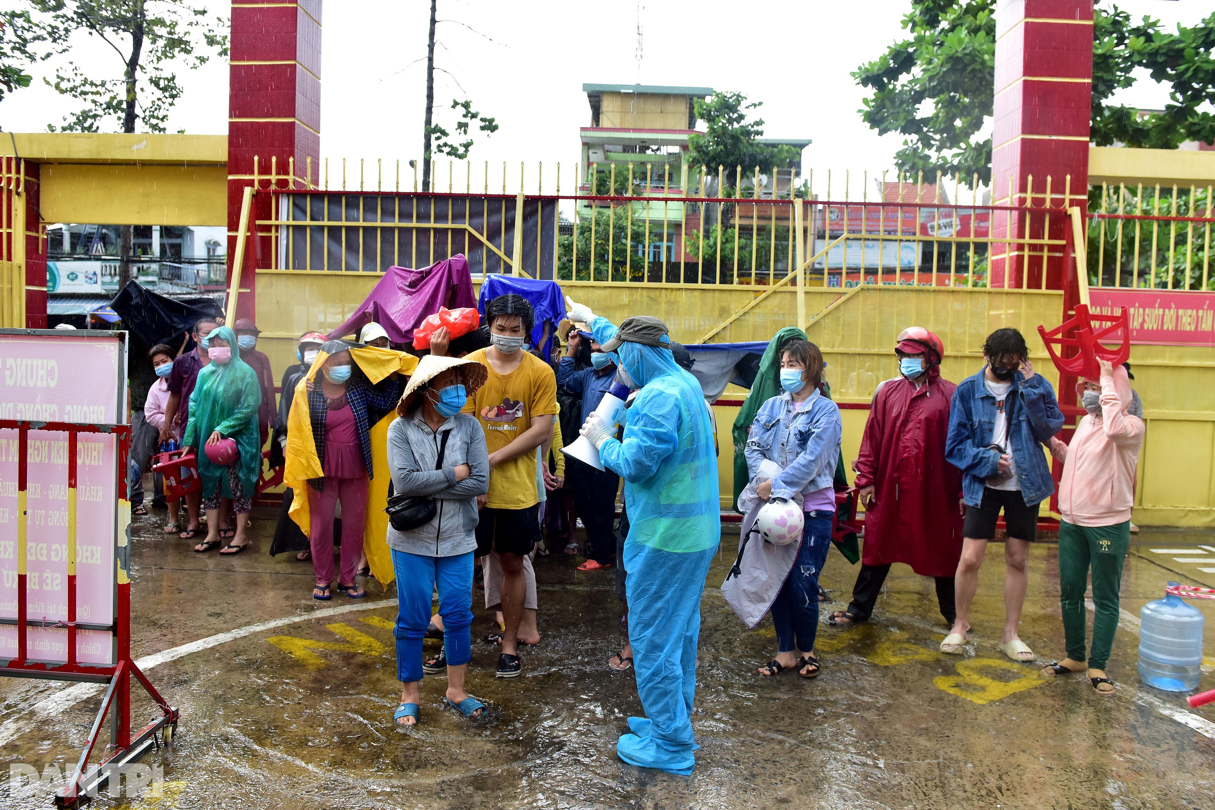 Người dân Sài Gòn xếp hàng trong mưa hơn 2 tiếng chờ tiêm vắc xin - 2
