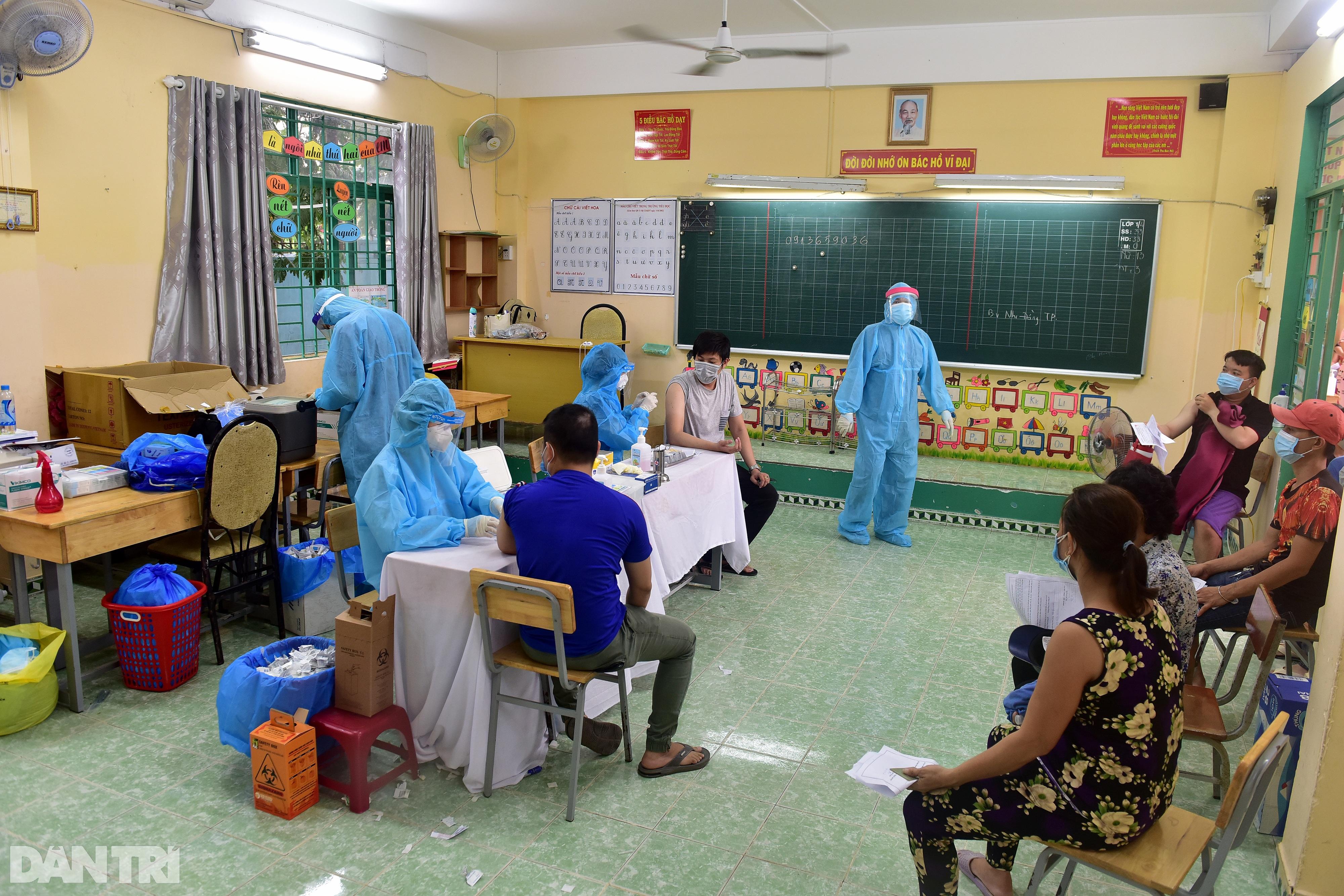 Người dân Sài Gòn xếp hàng trong mưa hơn 2 tiếng chờ tiêm vắc xin - 7