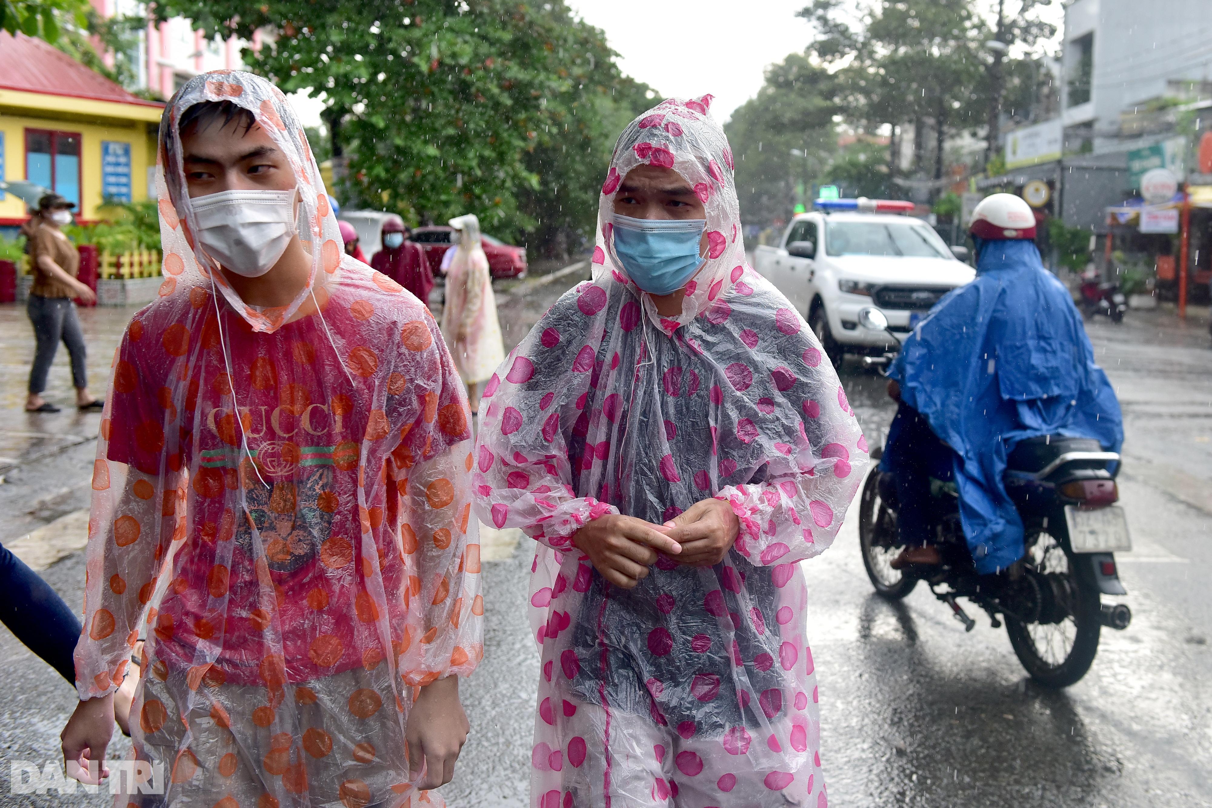 Người dân Sài Gòn xếp hàng trong mưa hơn 2 tiếng chờ tiêm vắc xin - 3