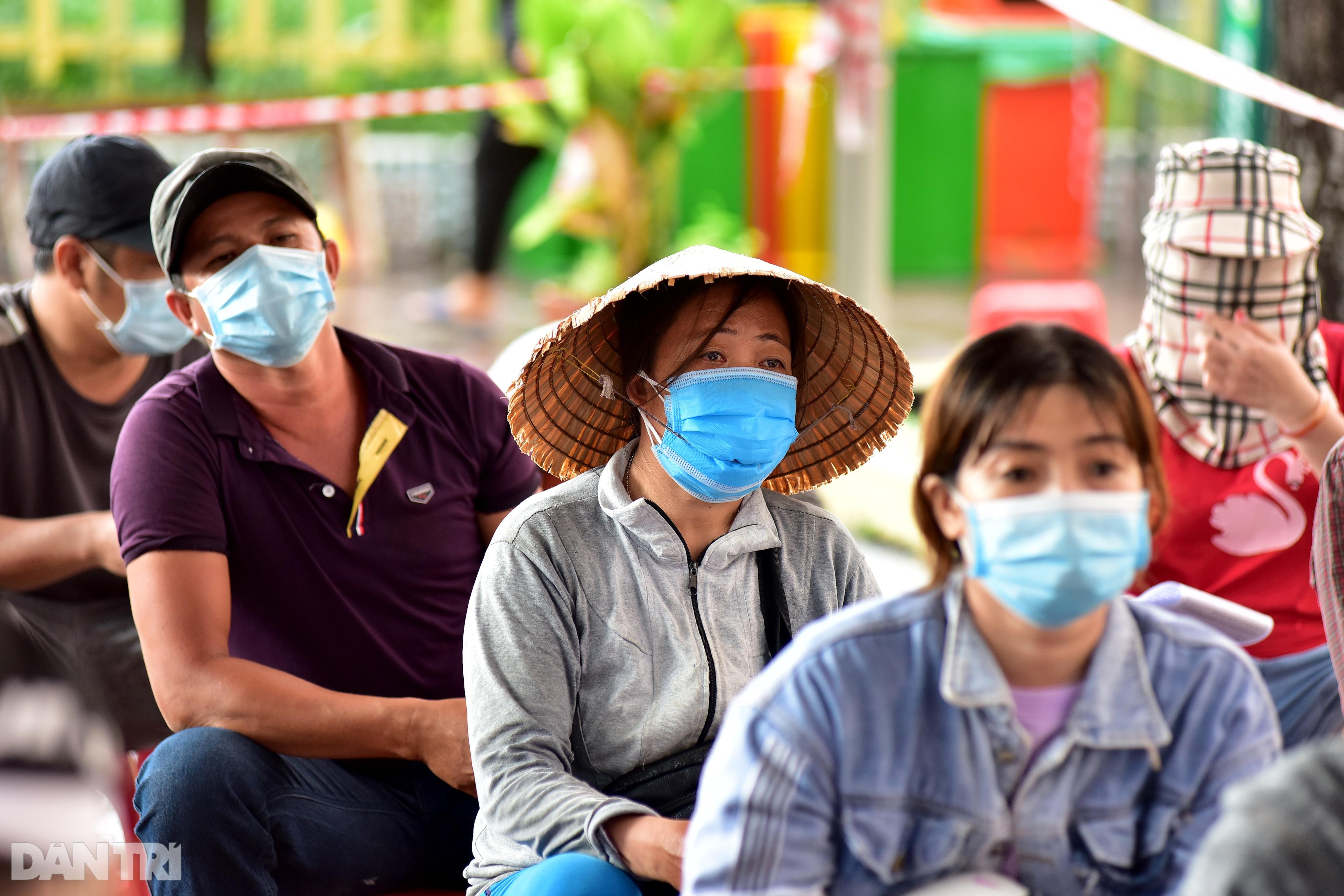 Người dân Sài Gòn xếp hàng trong mưa hơn 2 tiếng chờ tiêm vắc xin - 14