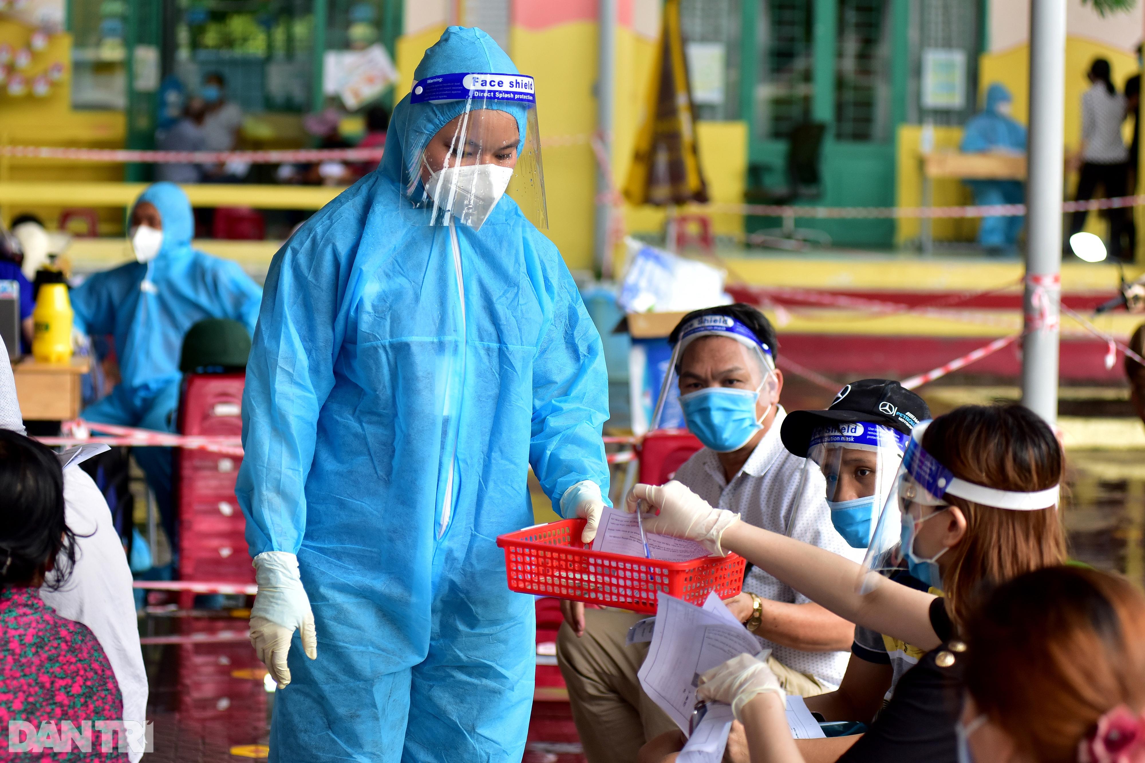 Người dân Sài Gòn xếp hàng trong mưa hơn 2 tiếng chờ tiêm vắc xin - 5