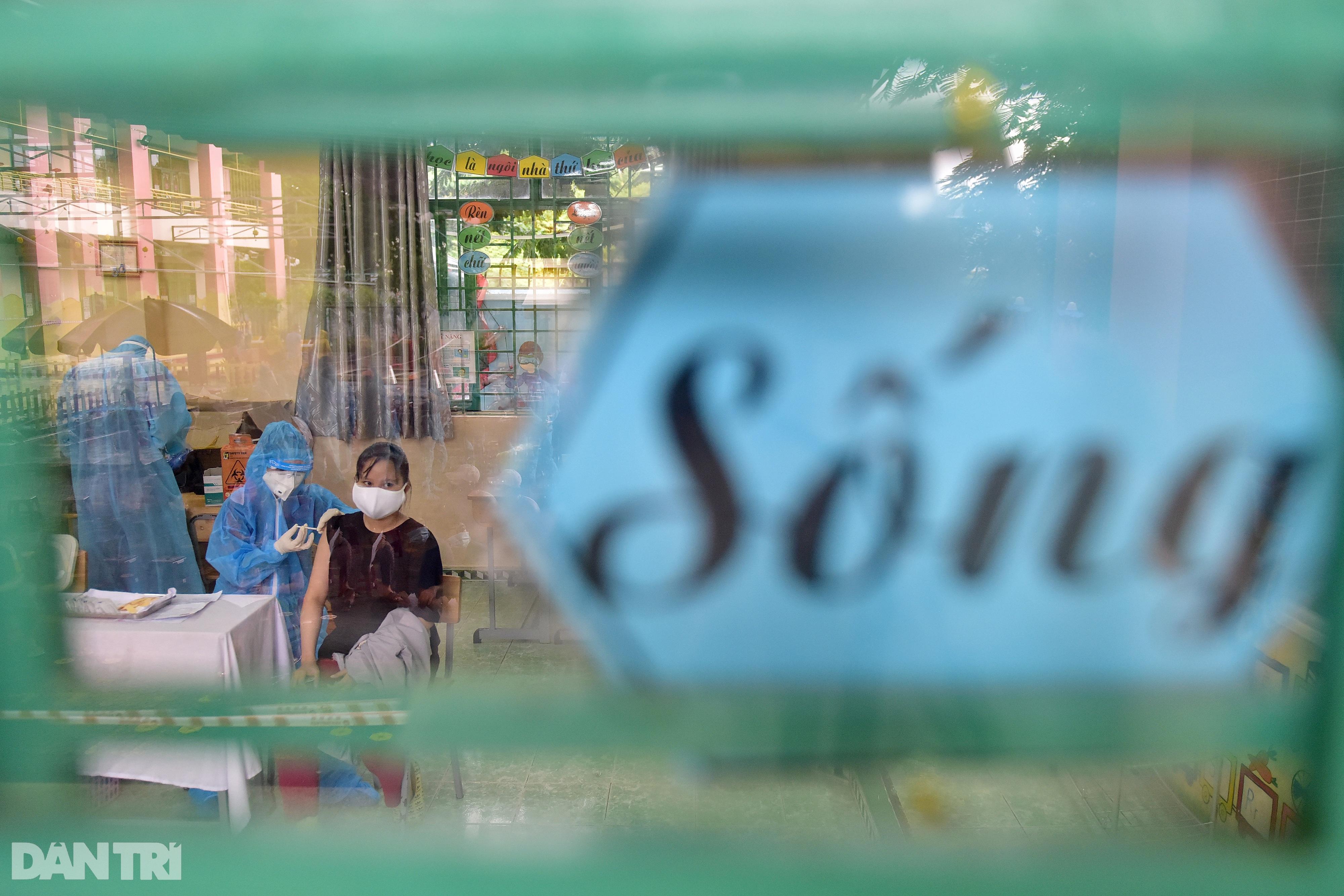 Người dân Sài Gòn xếp hàng trong mưa hơn 2 tiếng chờ tiêm vắc xin - 11