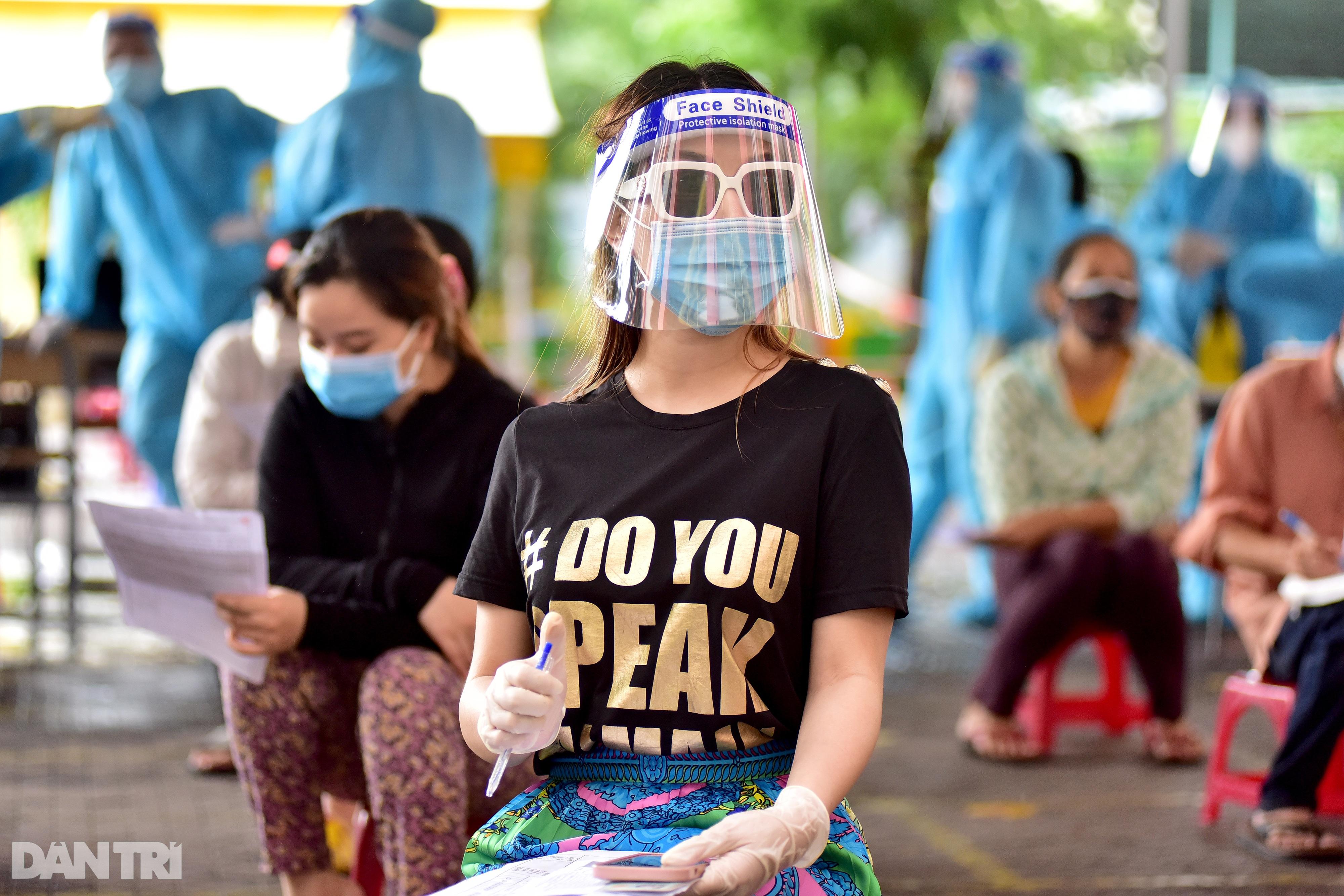 Người dân Sài Gòn xếp hàng trong mưa hơn 2 tiếng chờ tiêm vắc xin - 6