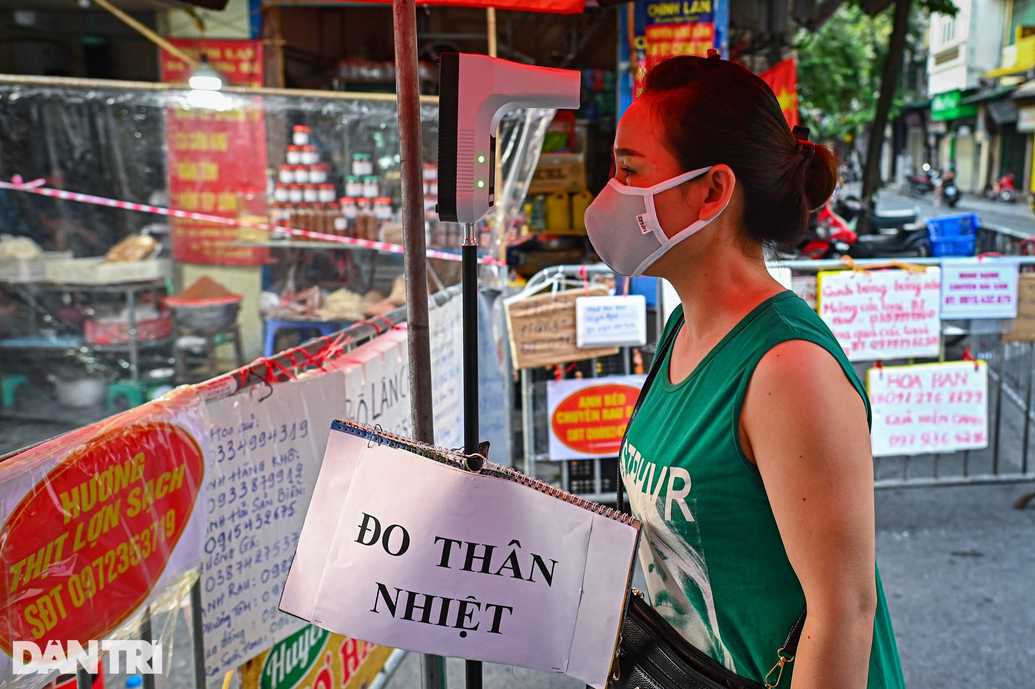 Độc lạ cách bán hàng mùa dịch chưa từng có tại khu chợ nhà giàu Hà Nội - 11