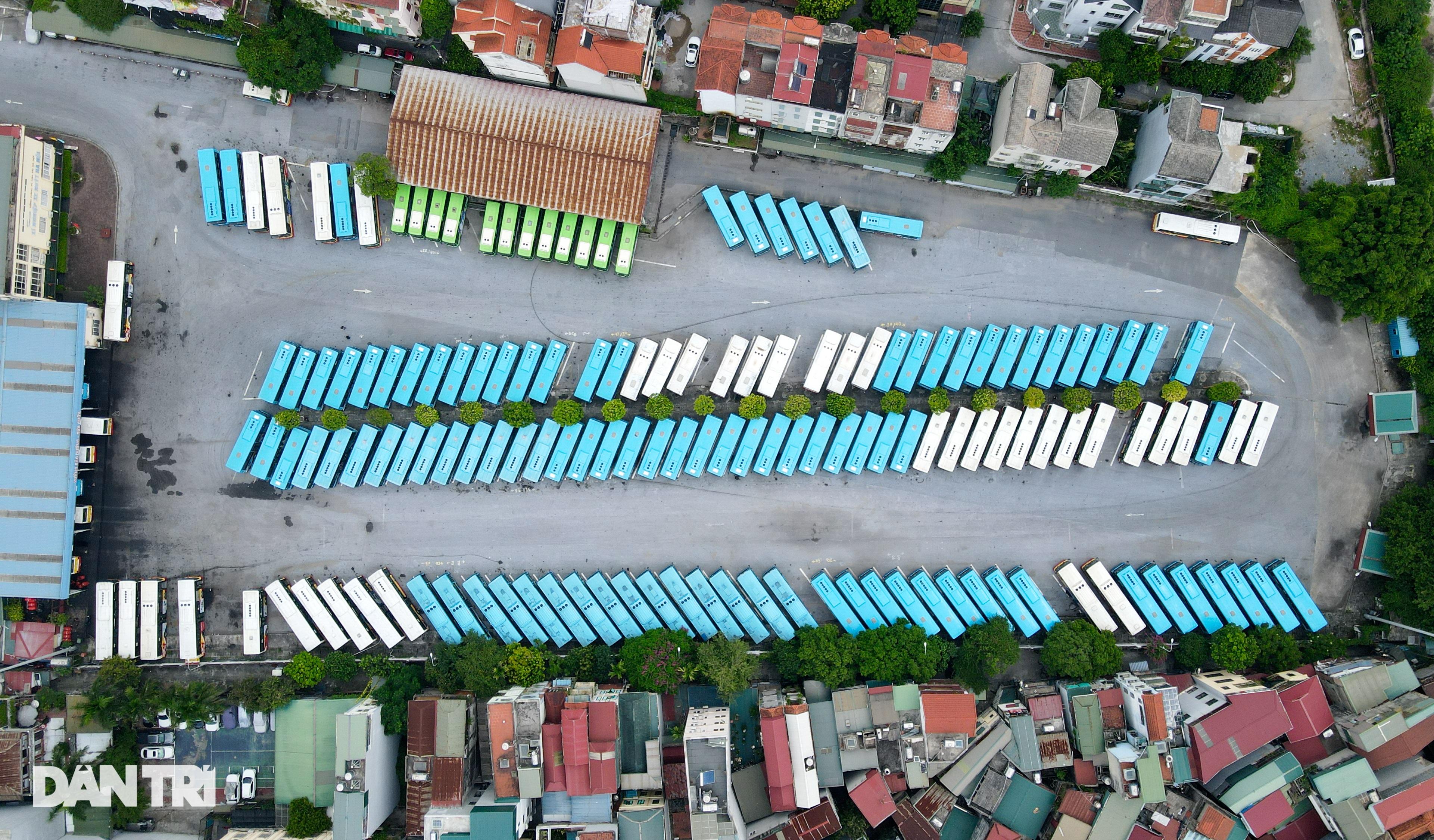 Hà Nội: Hàng nghìn ôtô nằm phơi nắng dầm mưa vì giãn cách xã hội - 1